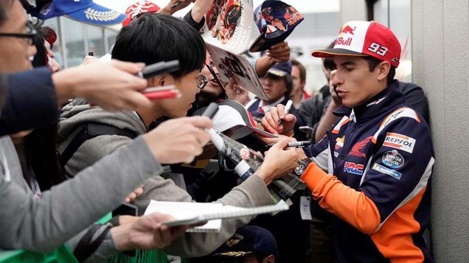 Marc Márquez, signant autògrafs a un grup d'aficionats a Motegi