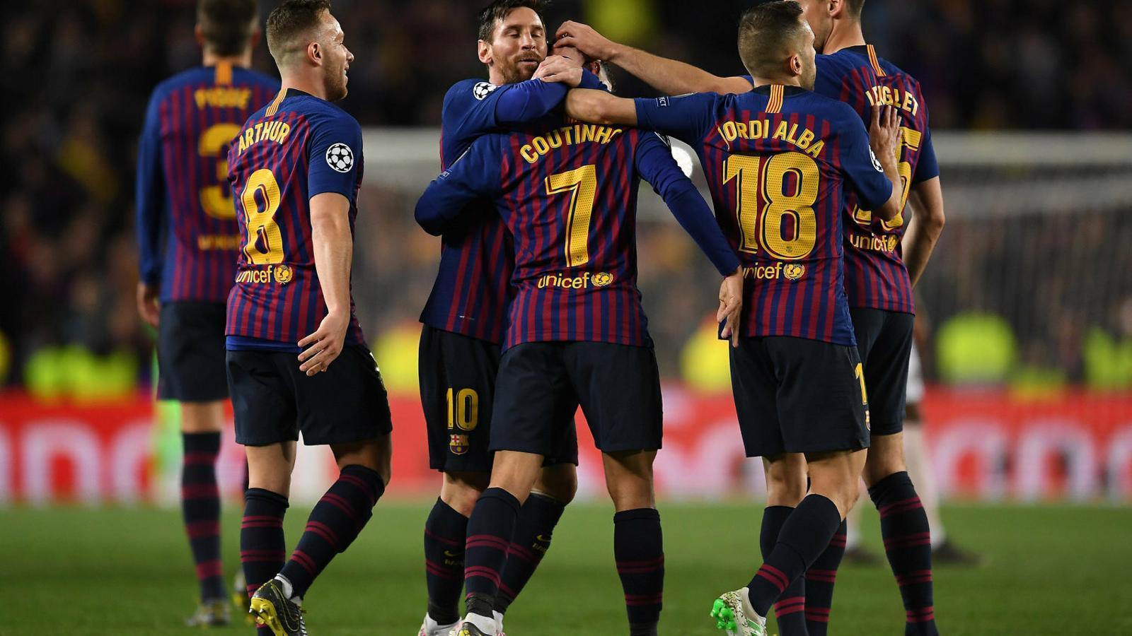 Els jugadors del Barça abraçant-se per celebrar el gol de Coutinho contra el United.