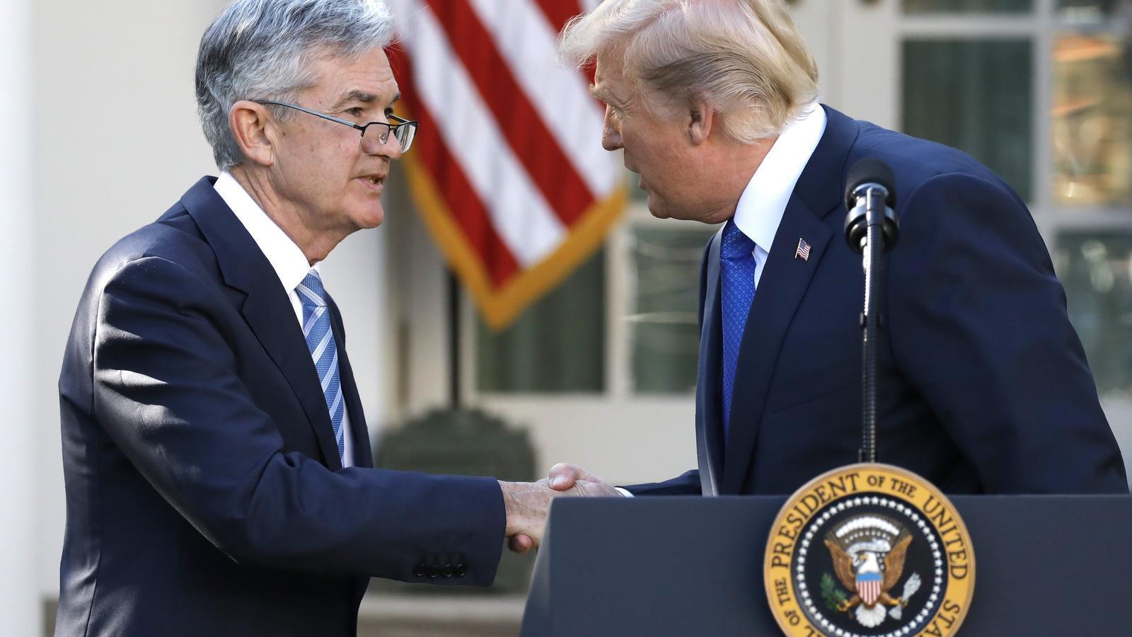 El president dels EUA, Donald Trump, dona la mà al nou president de la Fed, Jerome Powell.