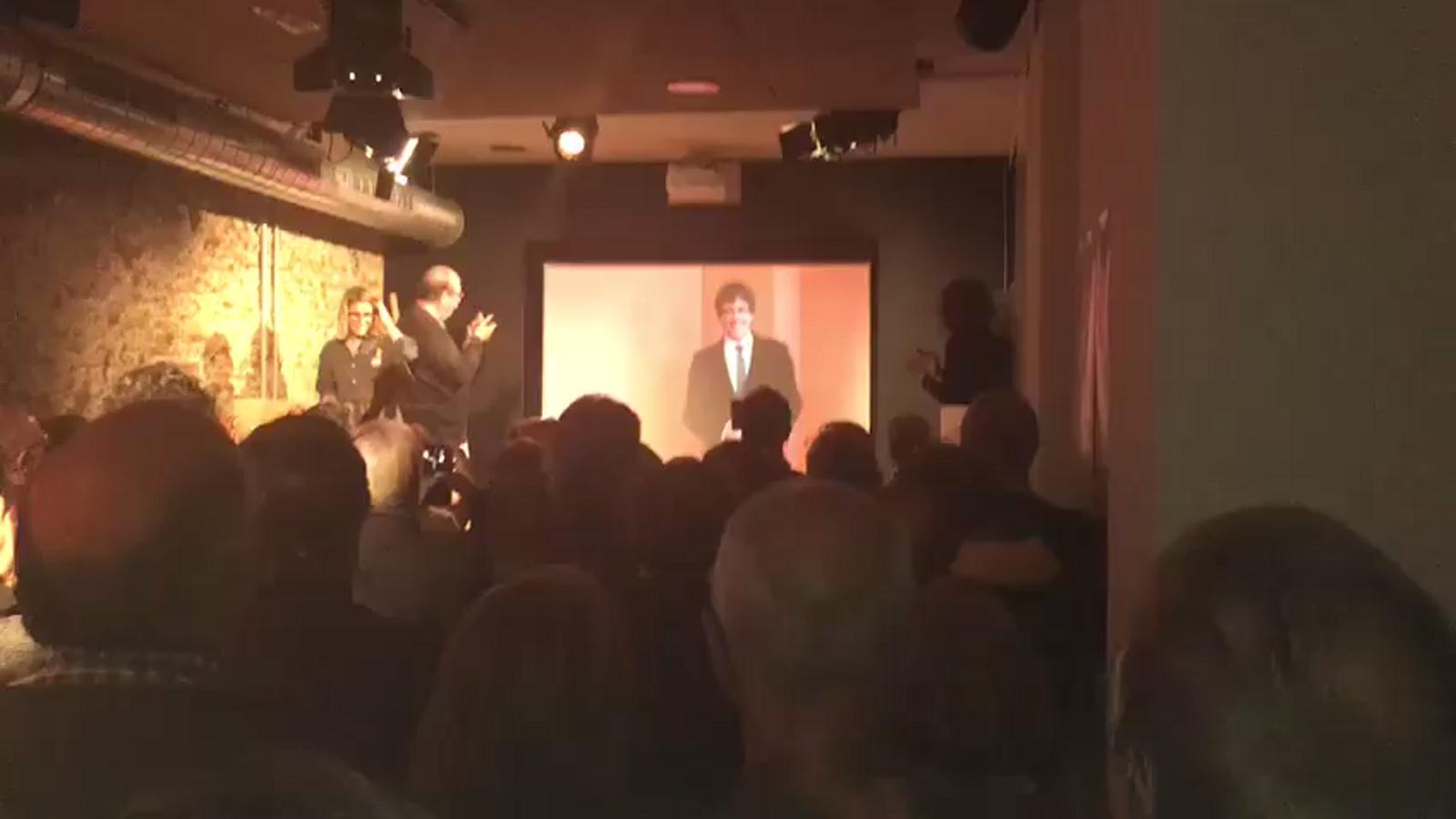 Moment en què s'ha connectat en directe amb Puigdemont des de la seu de JxCat