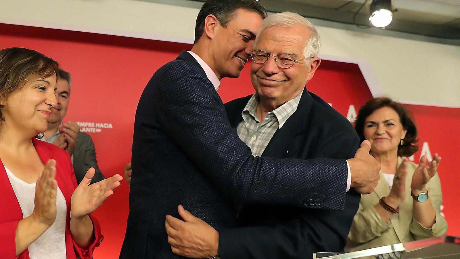 El líder del PSOE, Pedro Sánchez, abraça el candidat a les europees del partit, Josep Borrell.