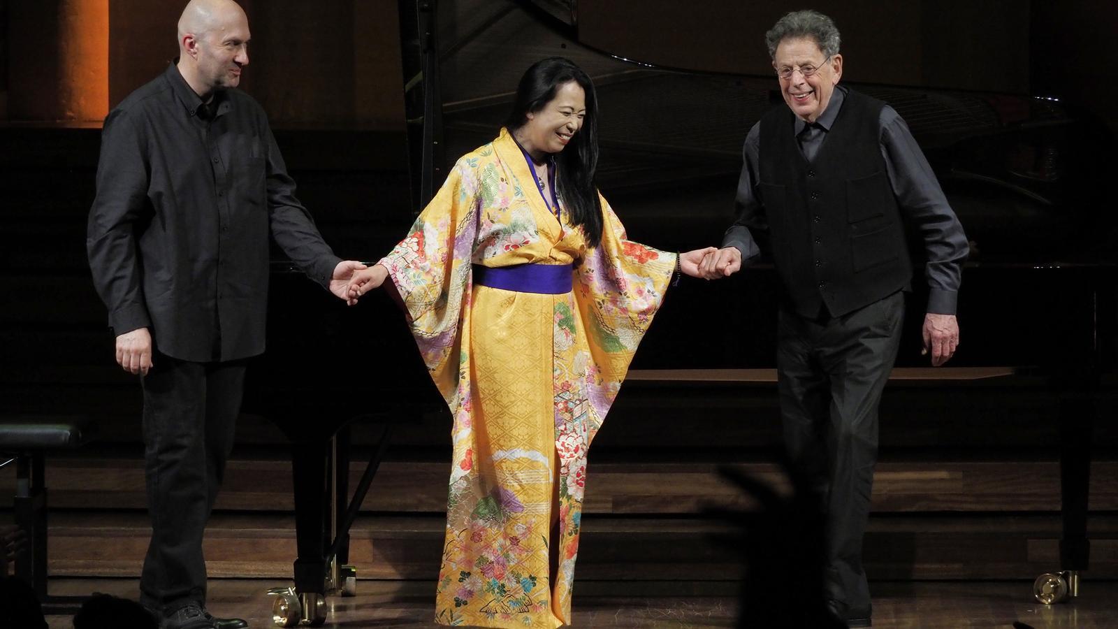 Philip Glass amb Anton Batagov i Maki Namekawa al final del concert