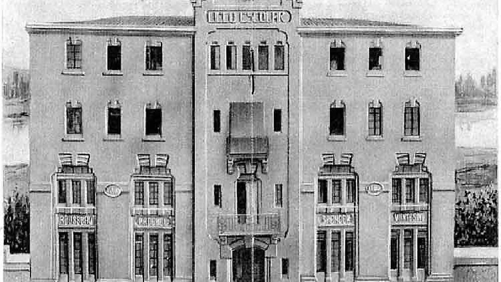 01. Façana del Liceu Escolar de Lleida abans que fos bombardejat.  02. Nens jugant en un poblat  de Birmània.
