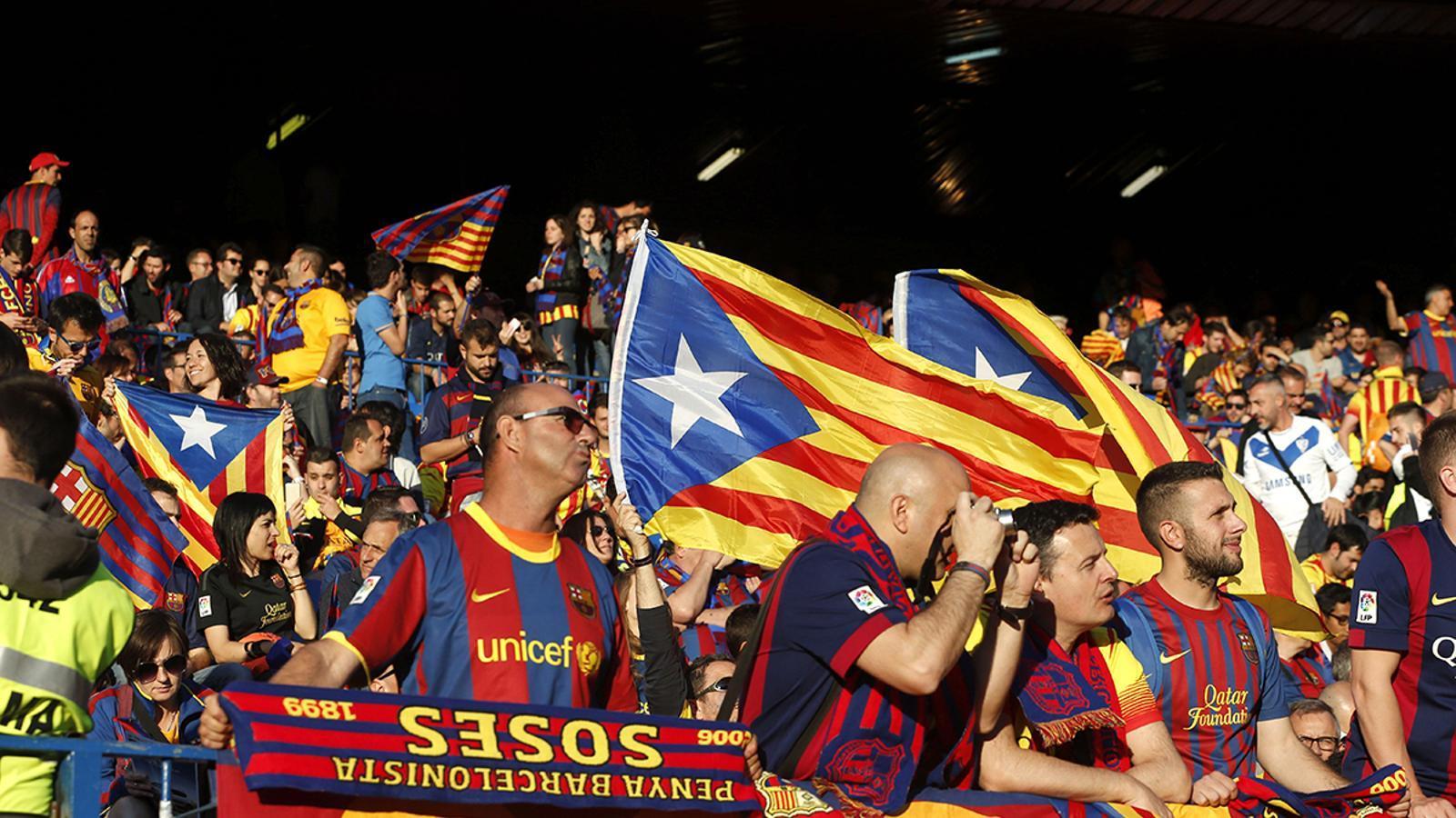 Les grades del Barça plenes de banderes