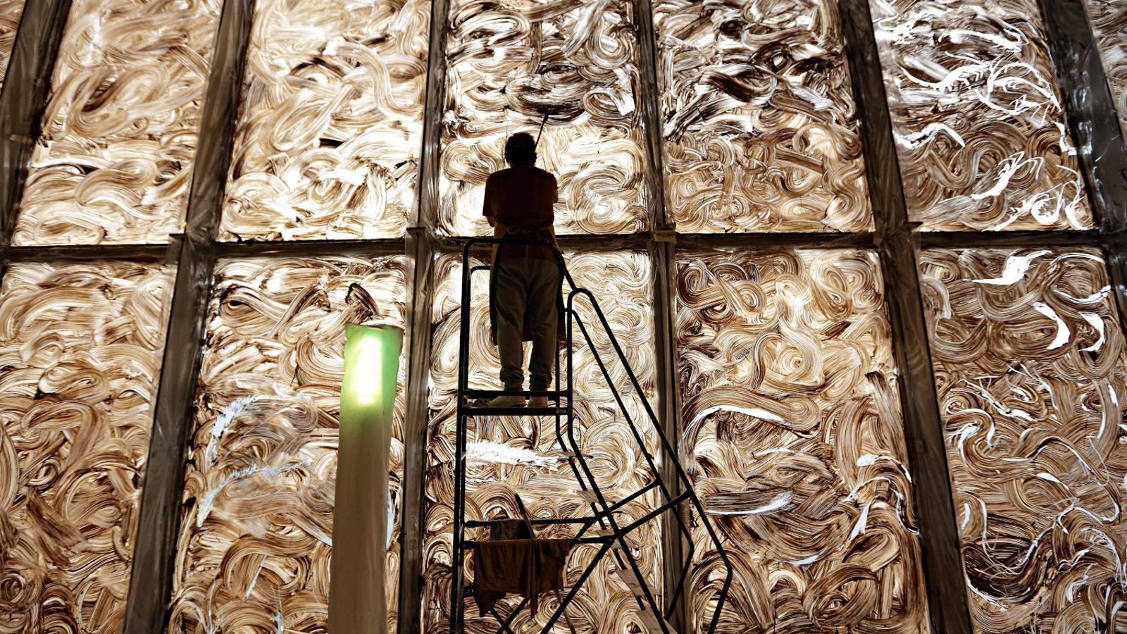 Miquel Barceló enllestint el 'Vidre de meravelles' a la Biblioteca Nacional de França al 2016
