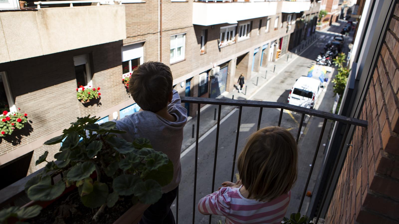 Els nens poden sortir al carrer per anar a comprar? L'estat d'alarma ho permet sempre que sigui amb un sol acompanyant