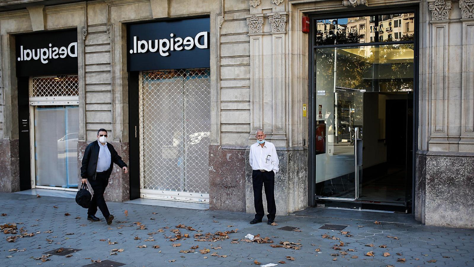 El passeig de Gràcia ha patit el tancament de diversos locals durant la crisi del coronavirus, però les obertures previstes aquest any tiren endavant de moment.