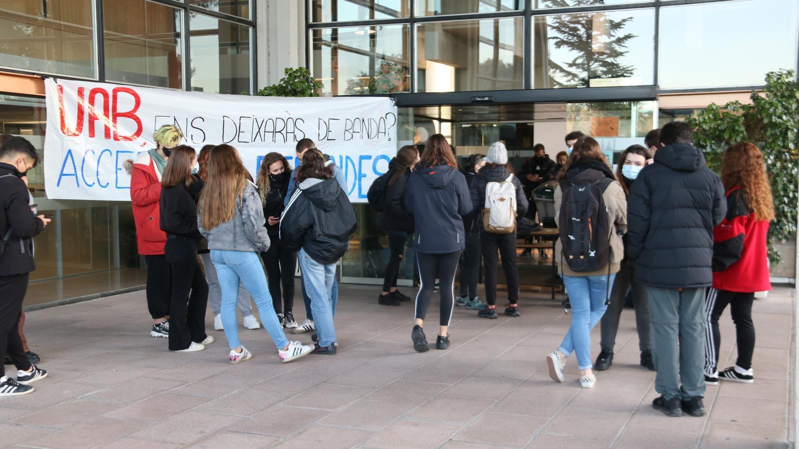 Membres del Sindicat d'Estudiants dels Països Catalans bloquegen l'entrada de l'edifici del Rectorat de la Universitat Autònoma de Barcelona, el 21 de desembre de 2020.