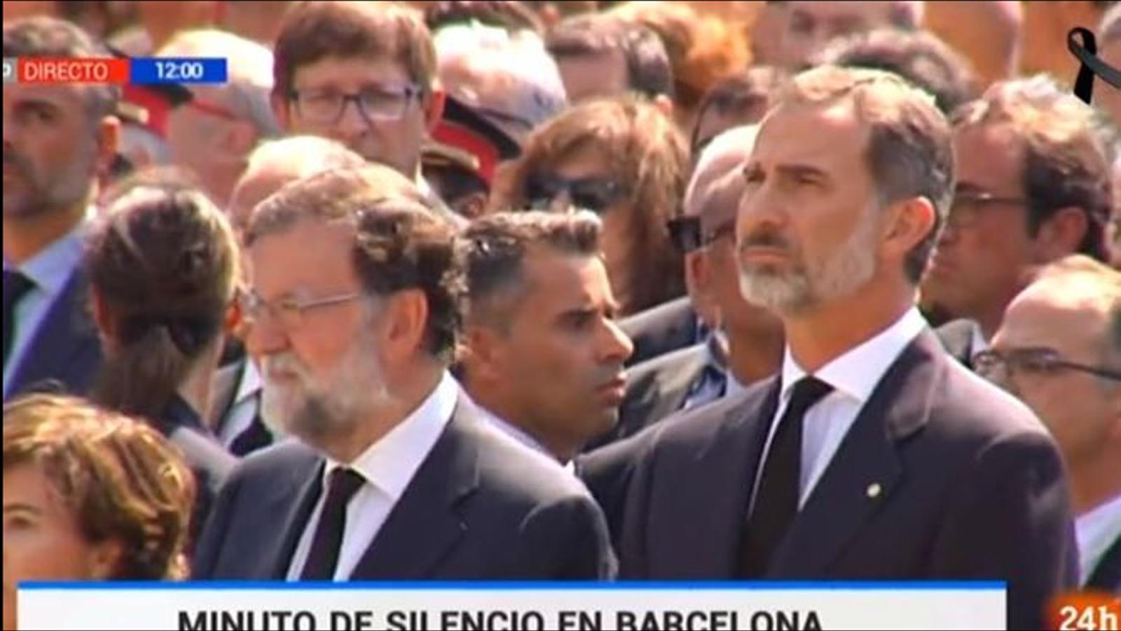 Minut de silenci pels atemptats de Barcelona, obviant la presència de Puigdemont i Colau
