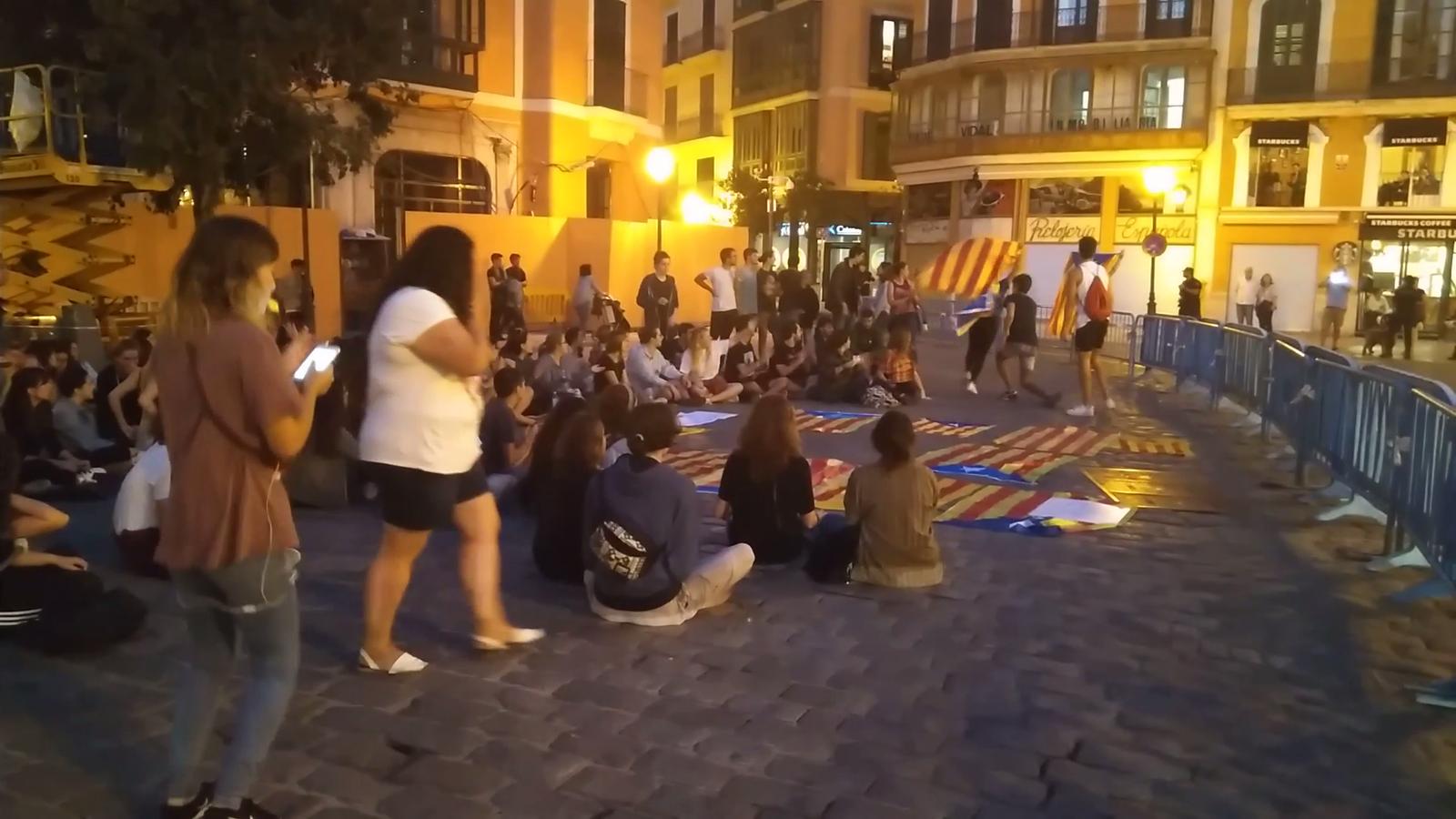 Un centenar de joves es concentra a Palma en suport al poble català