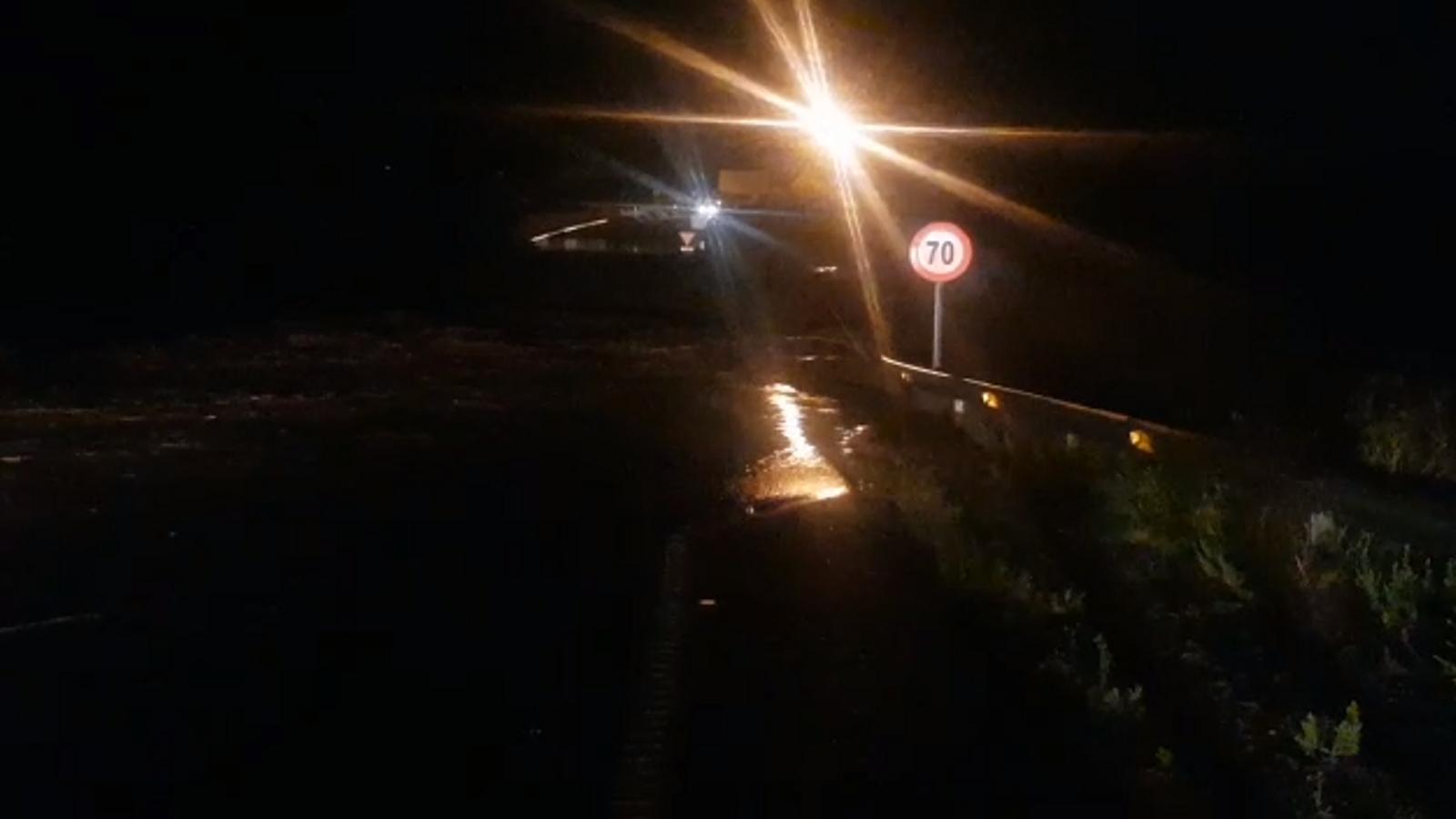 Les pluges provoquen el desbocament del torrent de Portocristo i inunden el poble