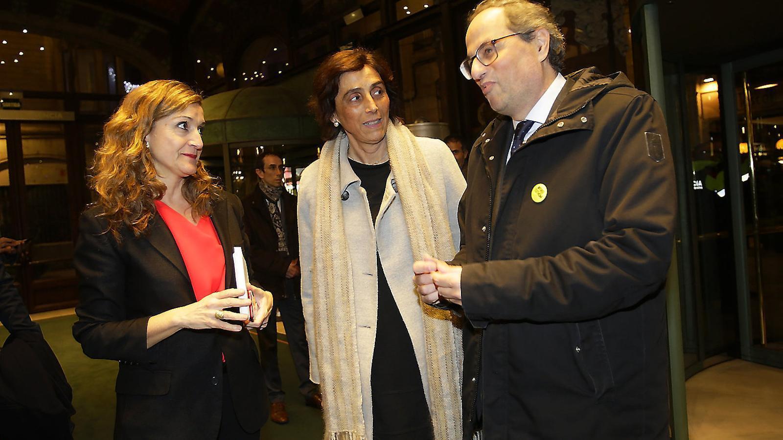 La directora de l'ARA, Esther Vera, conversant amb el president de la Generalitat, Quim Torra, i la seva dona, Carola Miró, durant la Nit de l'ARA.