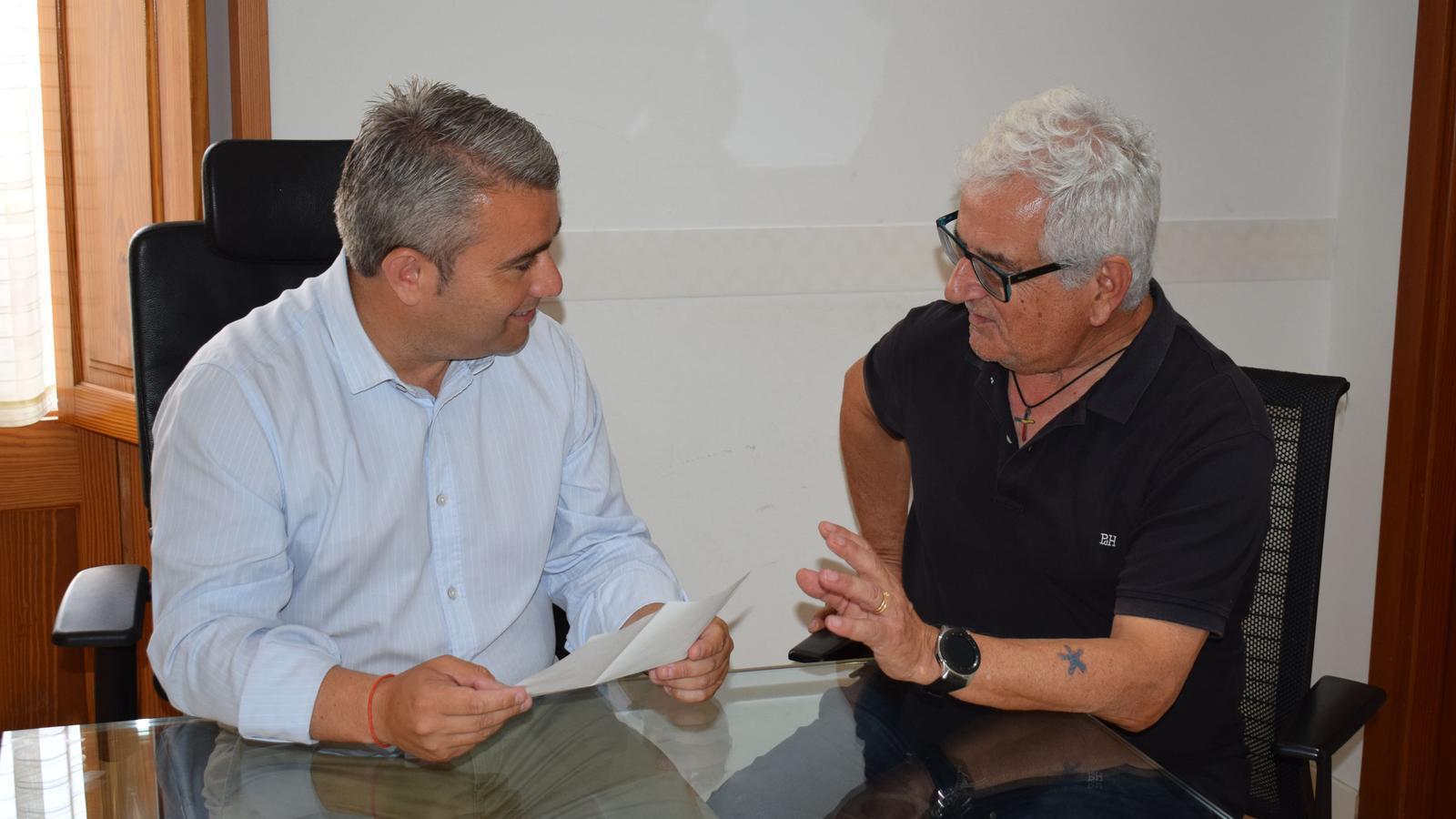 El batle, Virgilio Moreno, conversant amb Gabiel Pieras.
