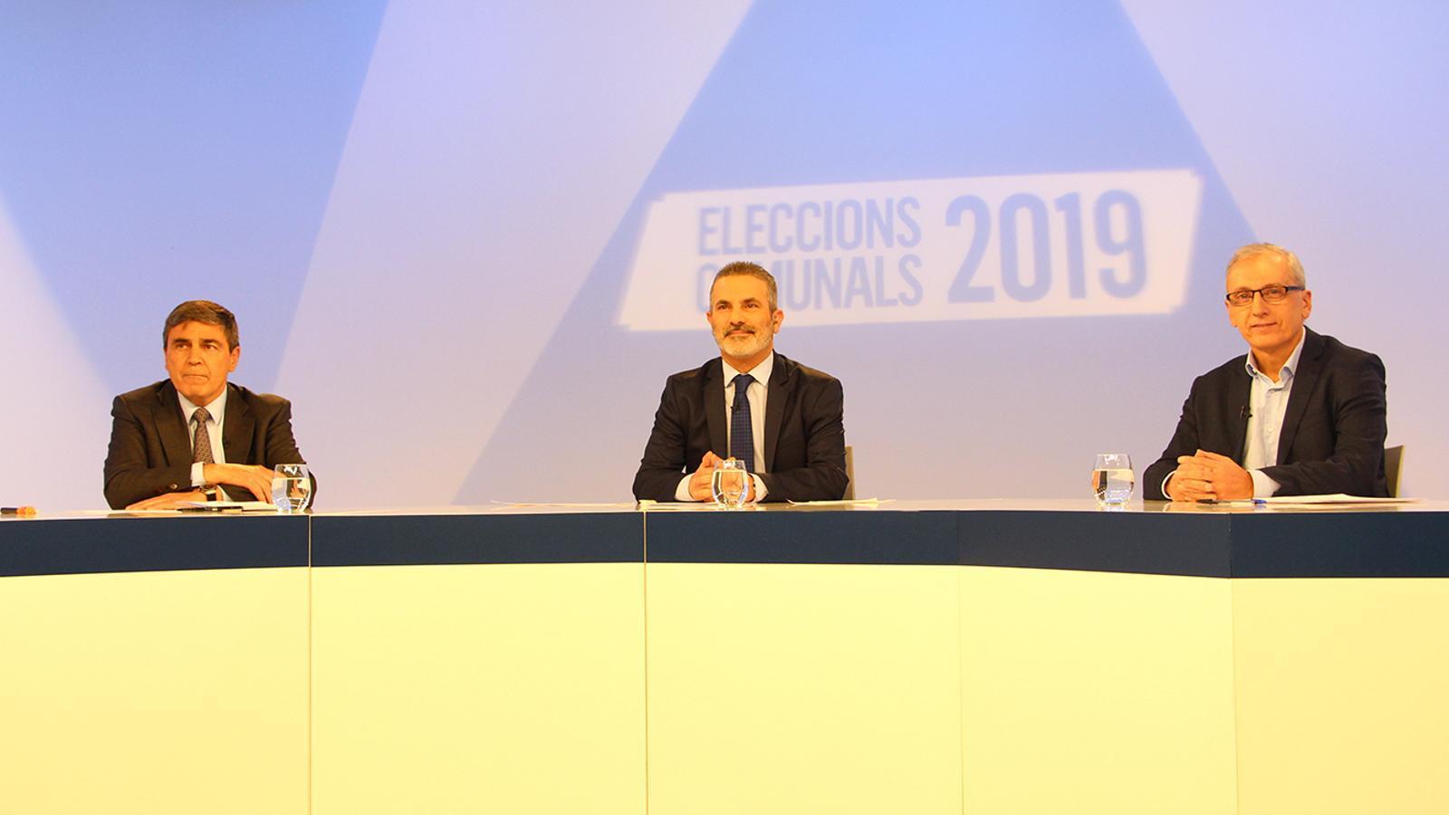El candidat d'Objectiu Comú, Albert Torres; el moderador, Jordi Cama i el candidat de Demòcrates + Independents, Francesc Camp, moments abans de l'inici del debat. / M. F.