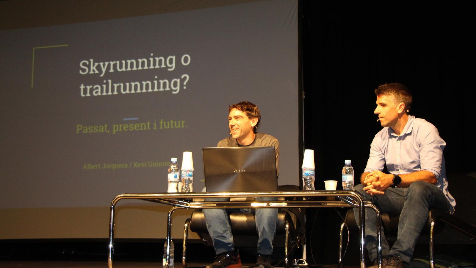 El corredor Xevi Guinovart i el periodista Albert Jorquera han parlat sobre el 'trailrunning' i l''skyrunning'. / E. J. M. (ANA)