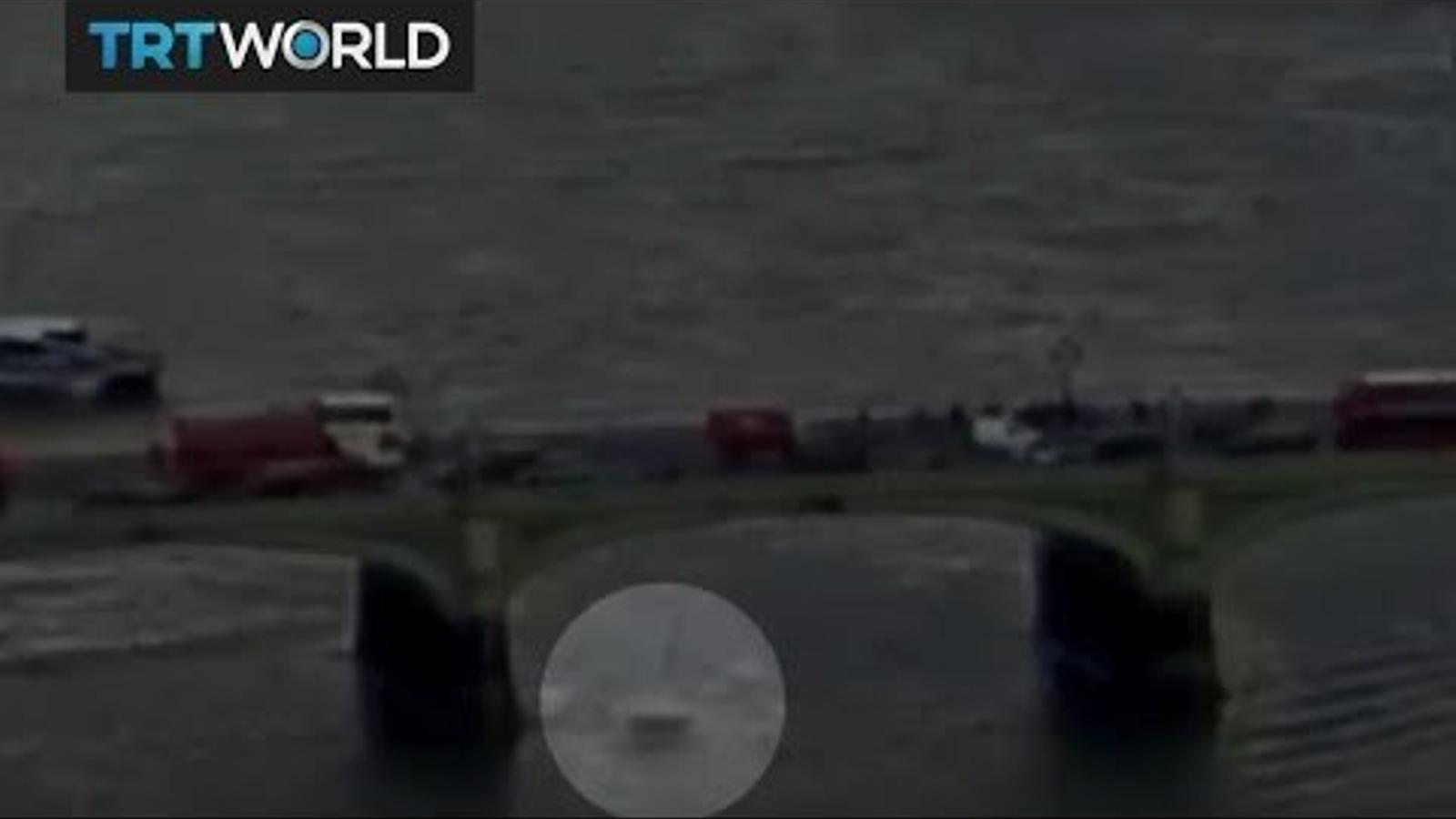Vídeo en què es mostra com cau una dona al riu Tàmesis.