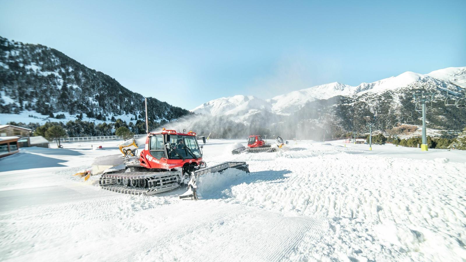 Les màquines treballen al camp de neu. / GRANDVALIRA