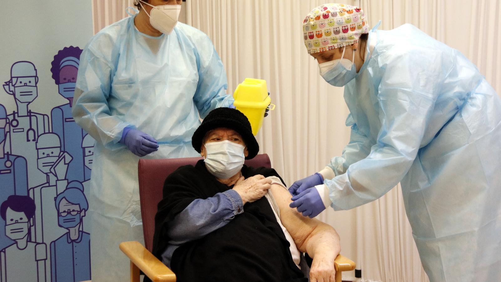La Milagros Garcia, la primera persona vacunada del covid-19 a la demarcació de Lleida, durant la vacunació a la residència Balafia I, el 27 de desembre del 2020.