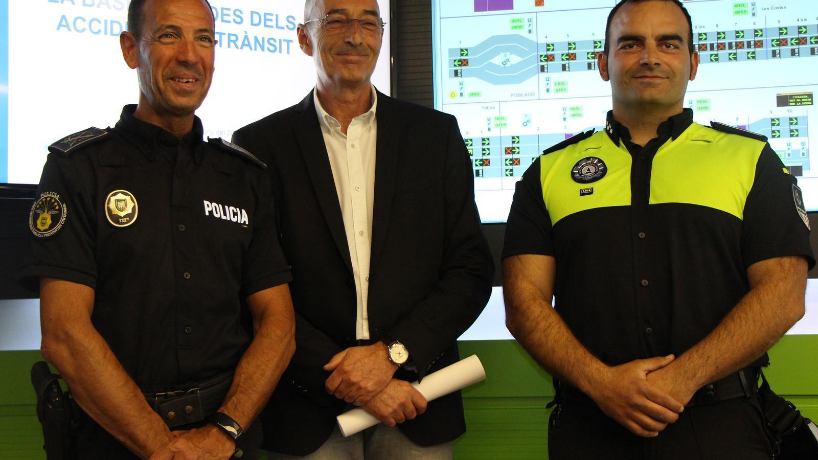 Un agent de circulació i de la policia en companyia del director del departament de Mobilitat, Jaume Bonell.