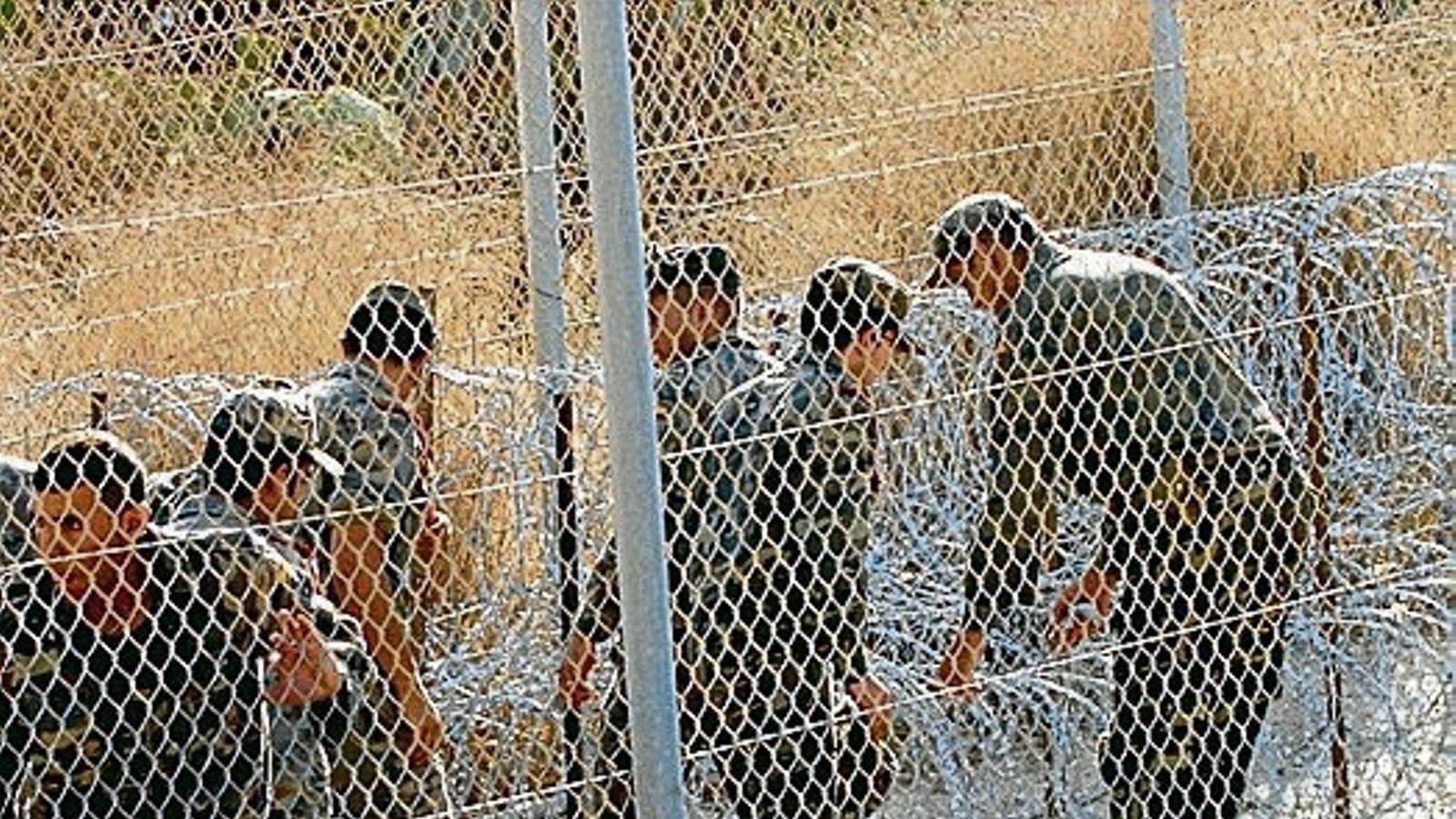 Policies marroquins a la tanca que el Marroc ha construït al costat de l'espanyola a Melilla.