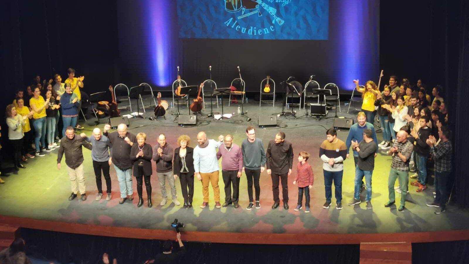 Actuals i antics membres del grup cultural durant l'acte dels 40 anys.