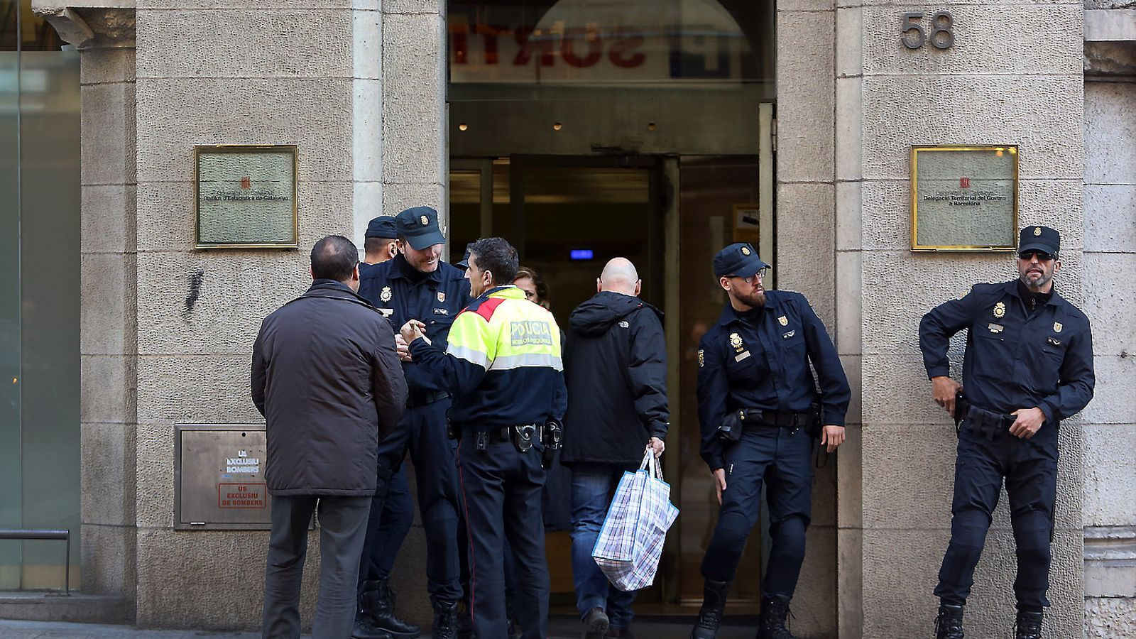 La Policia Nacional va escorcollar ahir al matí la seu de l'Idescat, situada a la Via Laietana de Barcelona, per trobar informació relacionada amb el cens del referèndum.