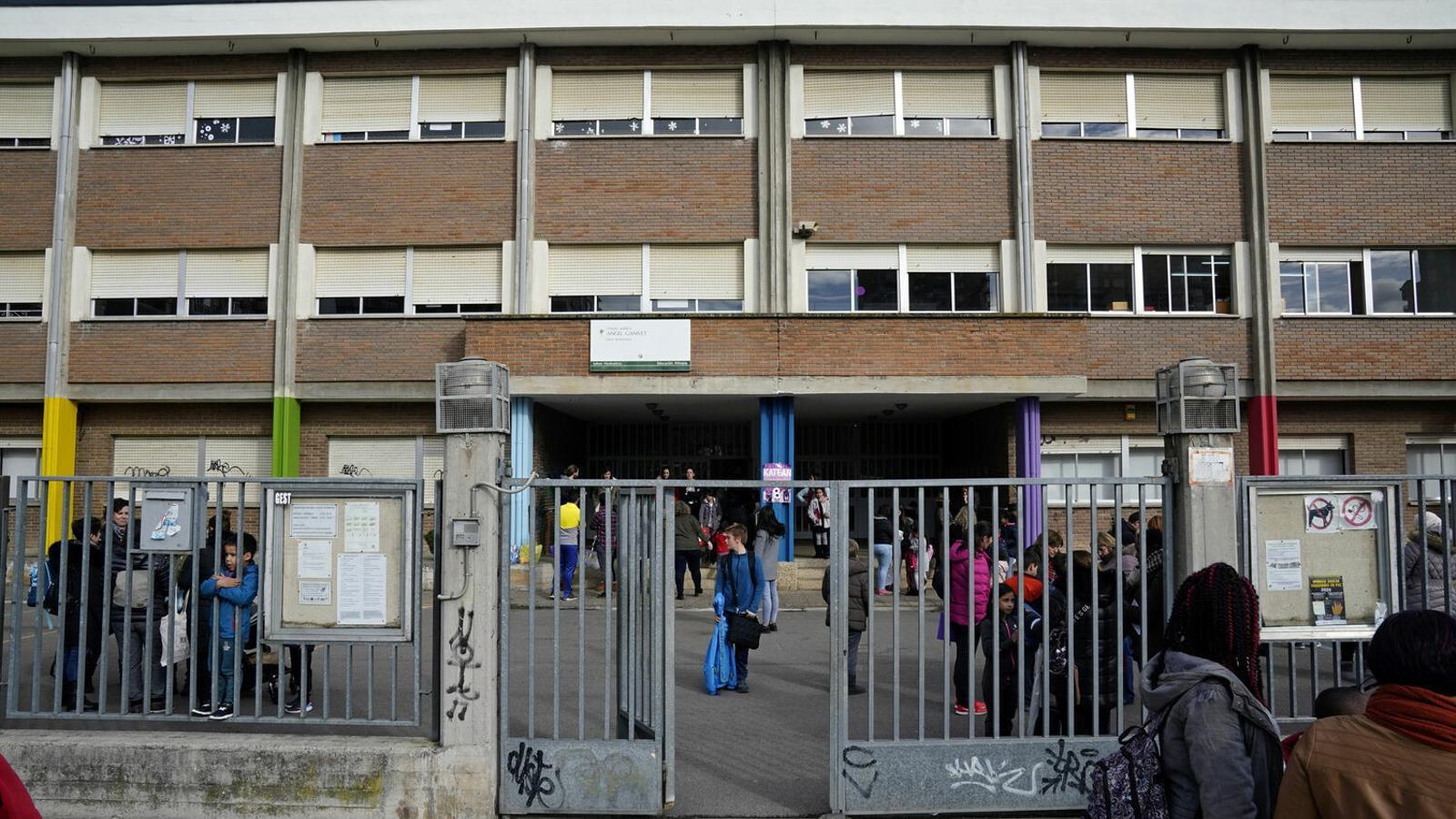 Pares i fills abandonen una escola primària després de l'anunci de tancar escoles per controlar el coronavirus, a Vitòria