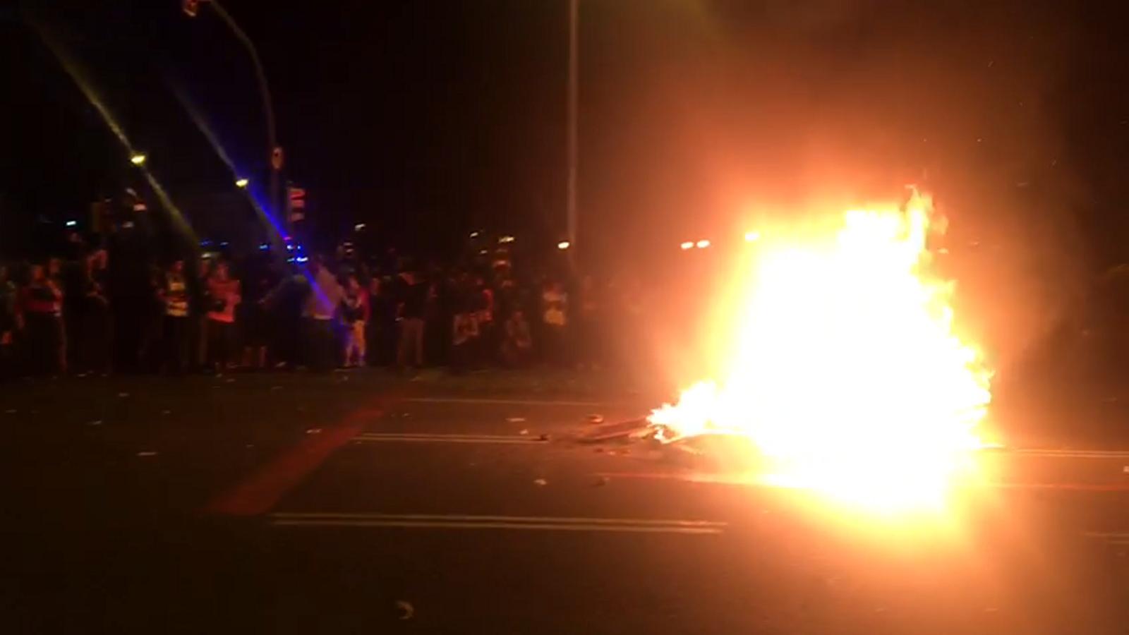 Els mossos demanen als manifestants que deixin de llençar objectes a la foguera que han encès