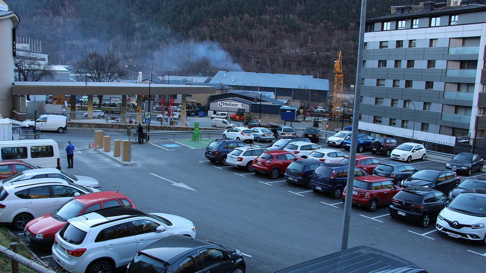 L'aparcament a tocar del col·legi Janer on s'està instal·lant una barrera. / T. N. (ANA)