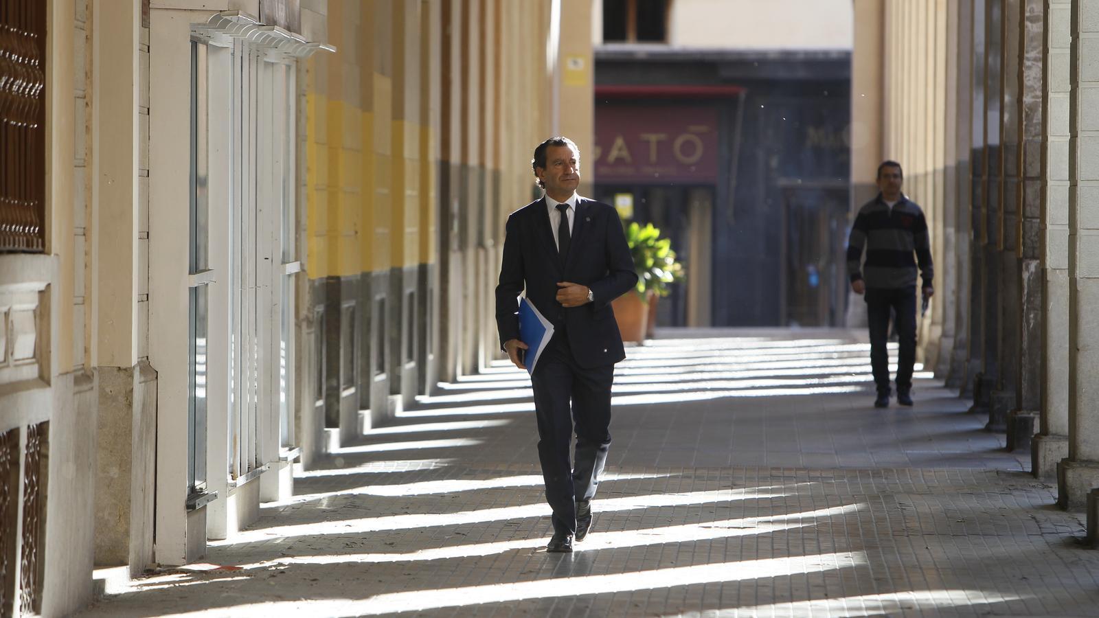El president del PP balear, Biel Company, arribant al Parlament