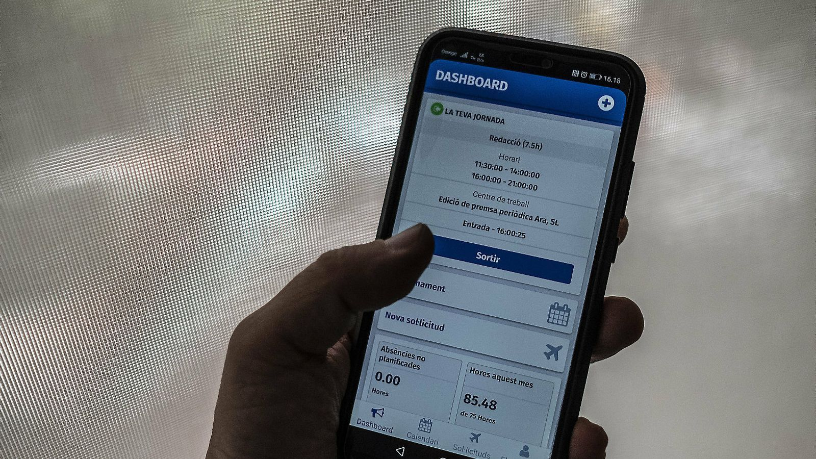 Woffu és una aplicació de mòbil que permet registrar la jornada laboral.