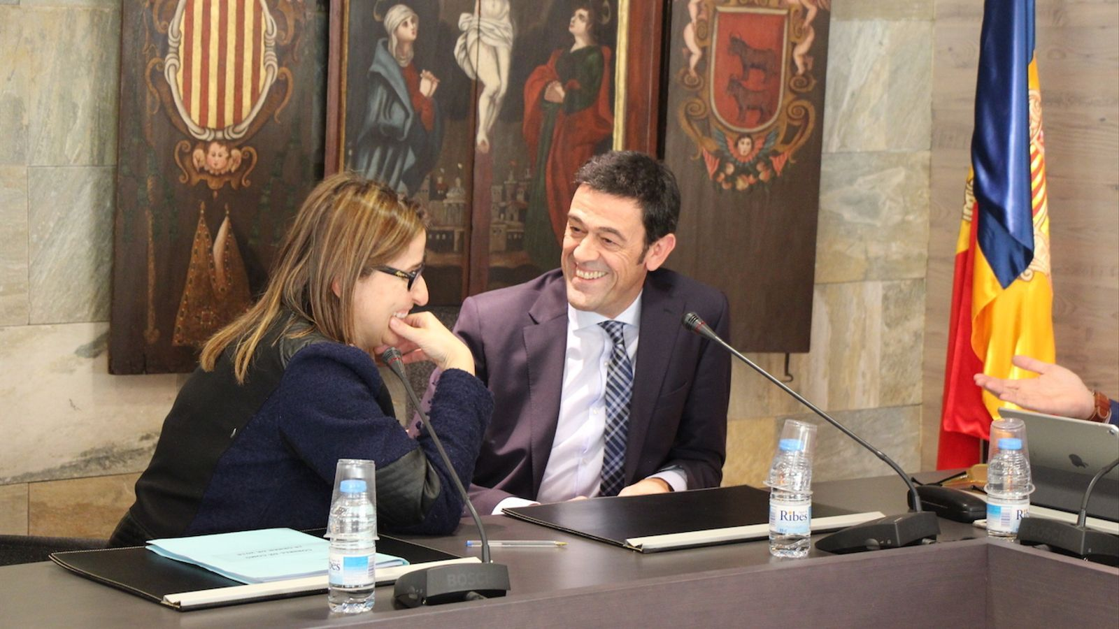 La consellera Sandra Tudó i el cònsol Josep Àngel Mortés conversen durant el consell de Comú. / C.G. (ANA)