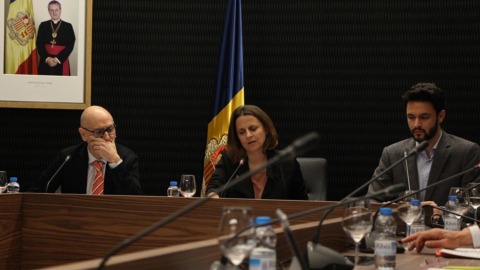 Els cònsols major i menor d'Escaldes-Engordany, Rosa Gili i Joaquim Dolsa, durant la sessió de consell de comú. / M. F. (ANA)