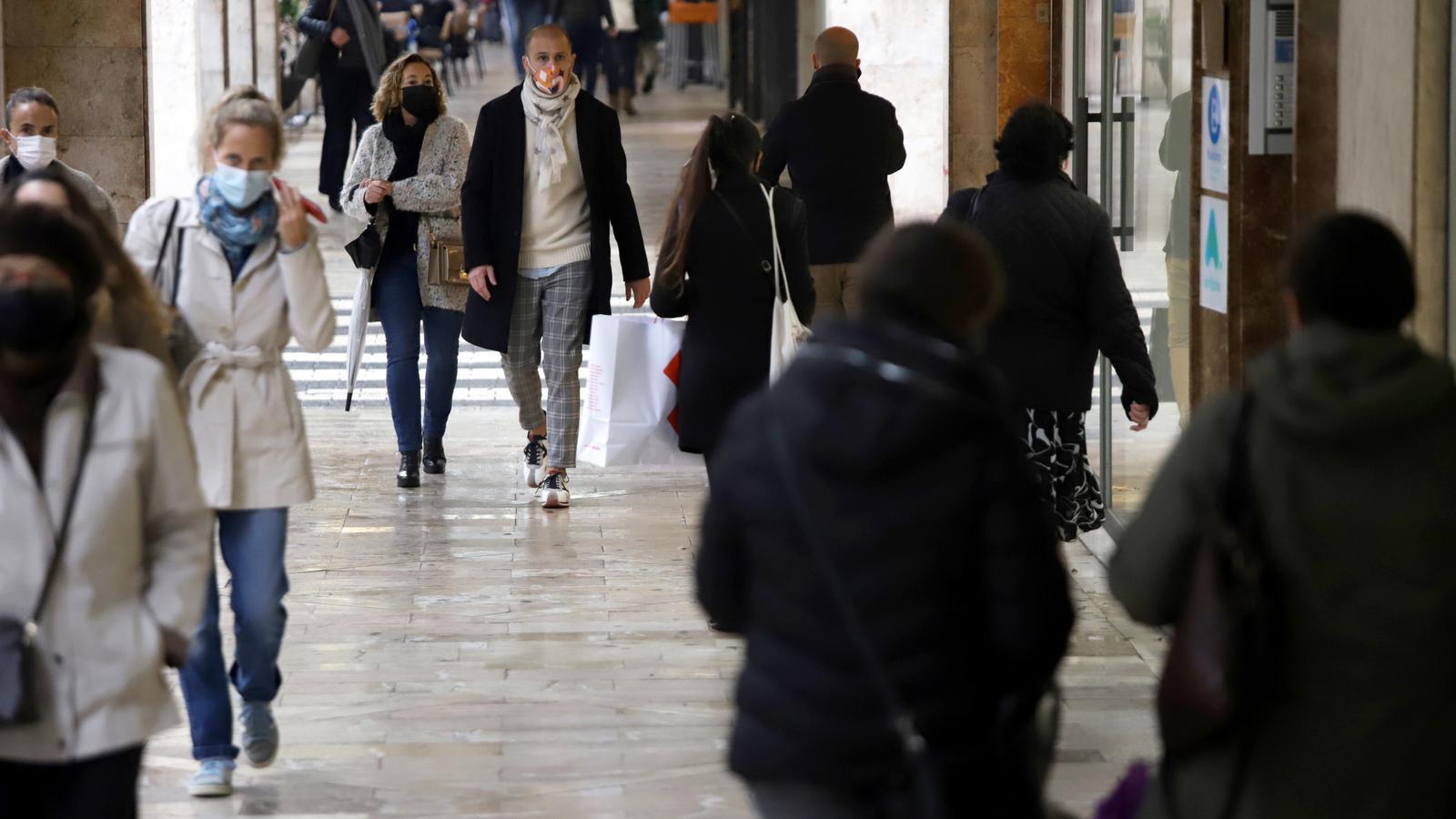 Gent amb mascareta caminant pel centre de Palma.
