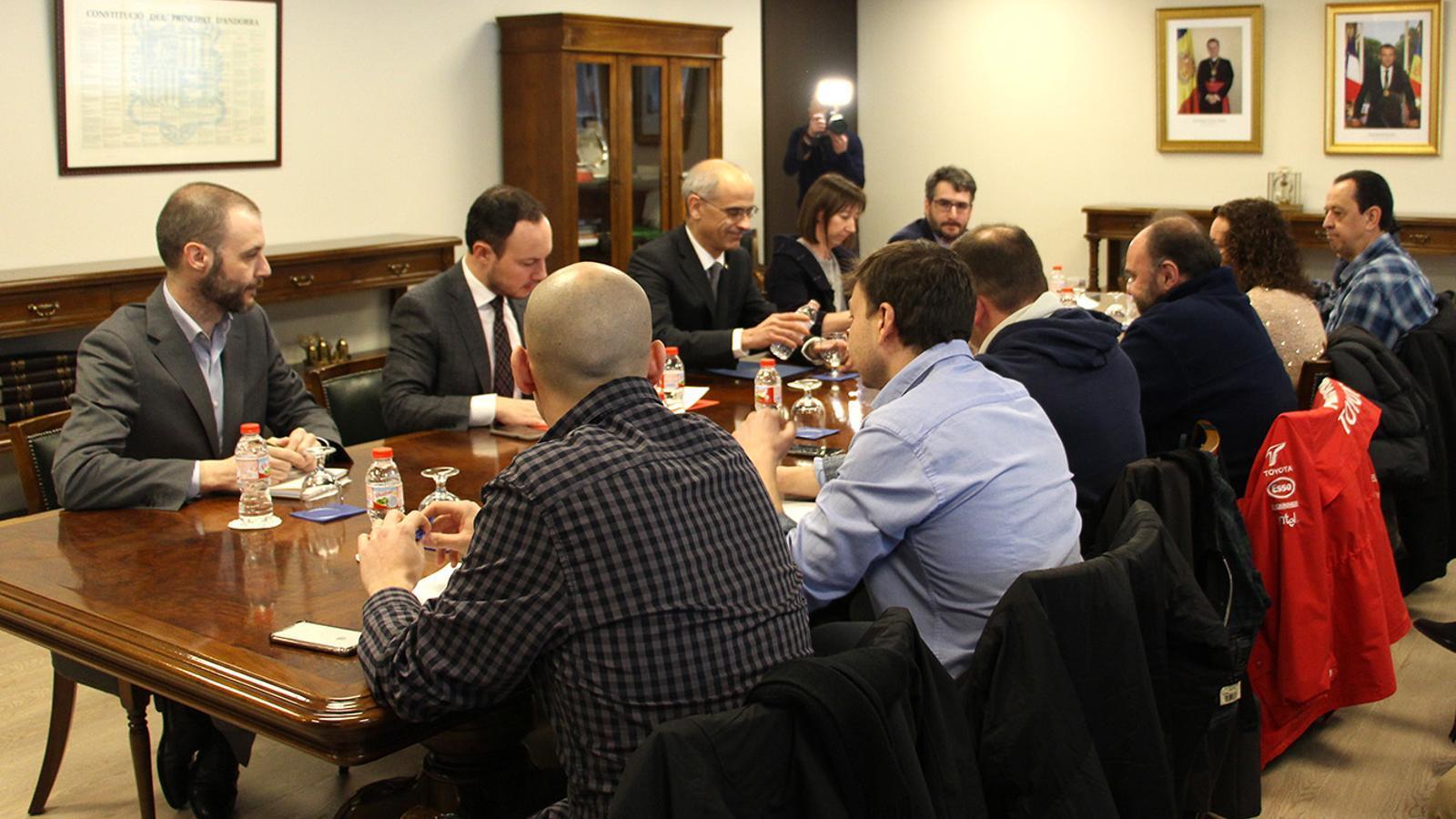 Un moment de la reunió entre els representants sindicals i els membres del Govern, aquest dimarts al matí. / C. G. (ANA)