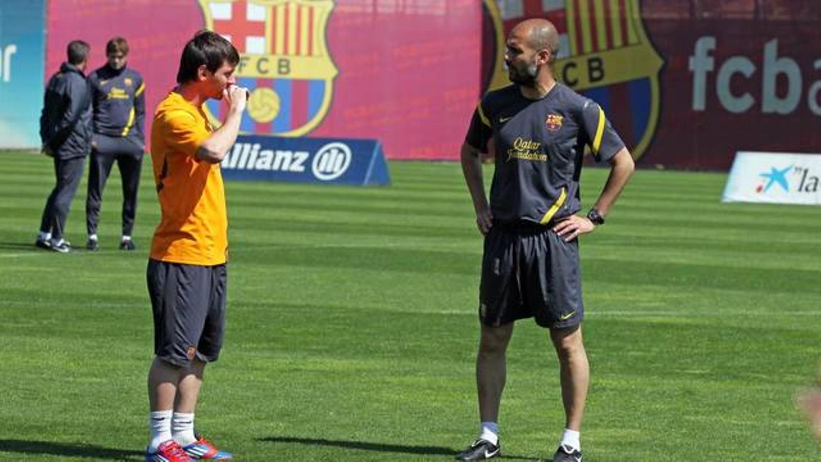 Messi i Guardiola parlen durant l'entrenament