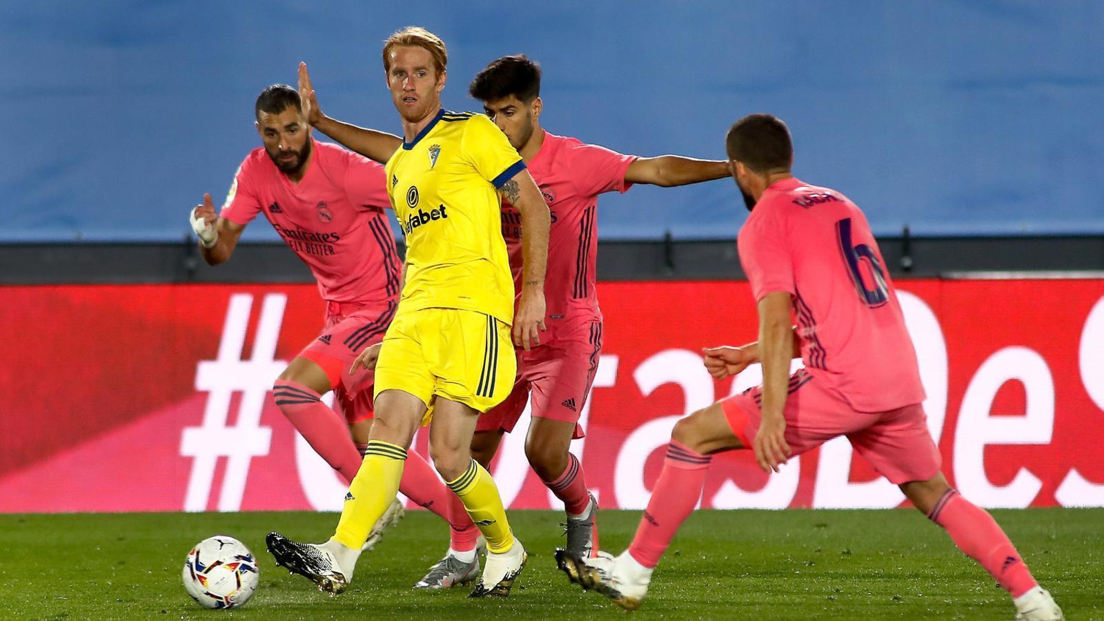 El jugador del Cadis Álex Fernández disputant la pilota en el partit contra el Reial Madrid. El conjunt andalús va guanyar contra pronòstic.