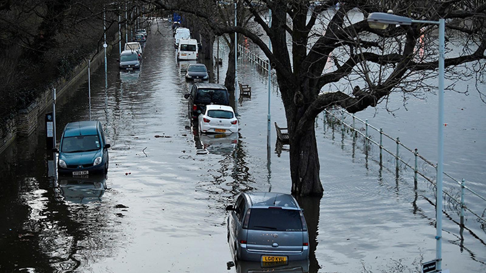 Cotxes envoltats d'aigua aquest dimecres a la riba del Tàmesi, a Londres