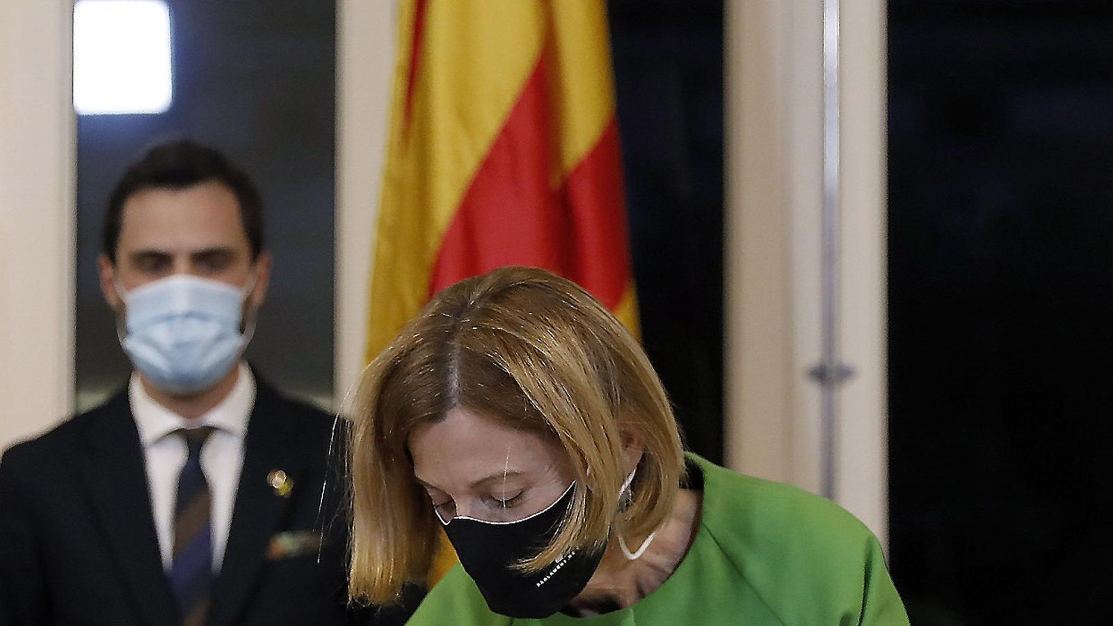 L'expresidenta del Parlament Carme Forcadell signant dimarts passat per una llei d'amnistia.