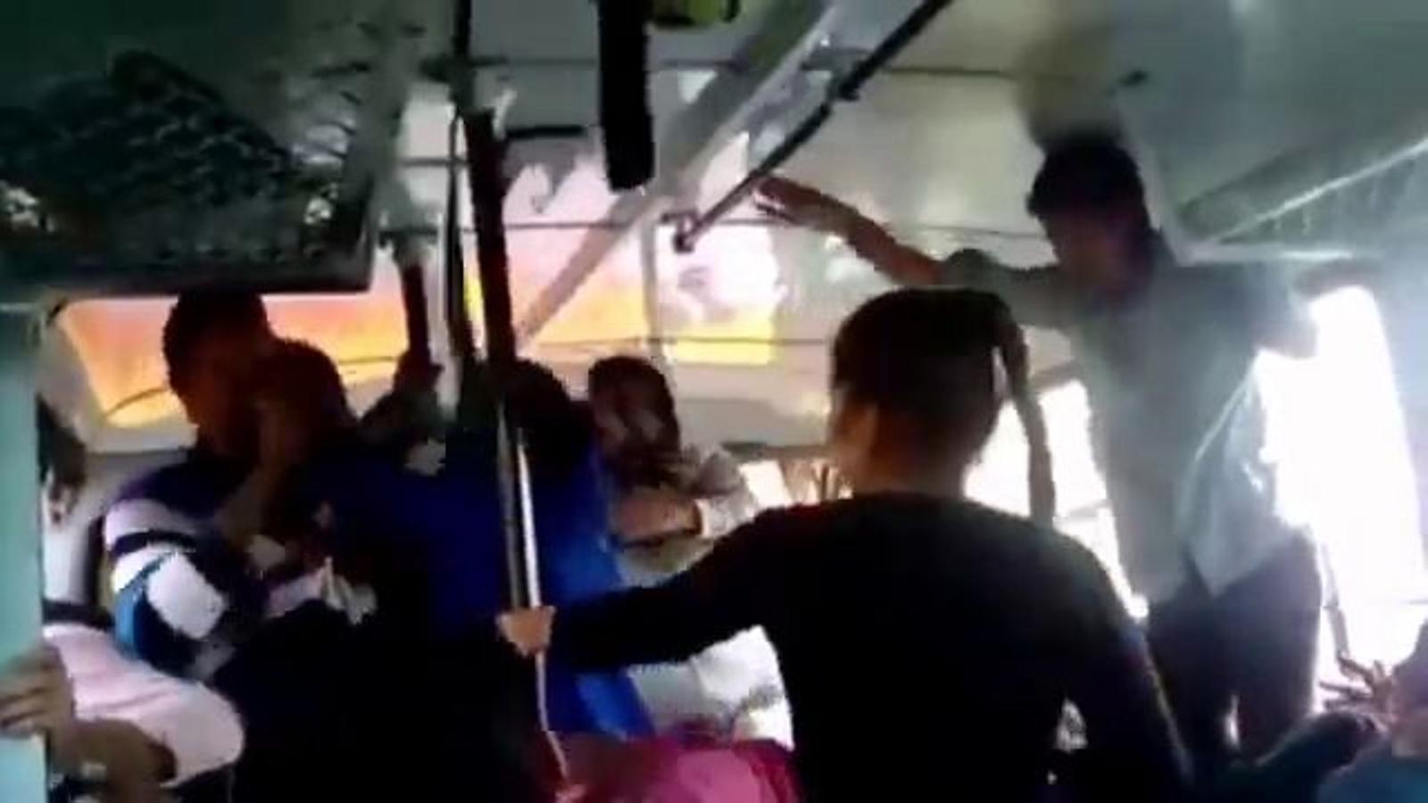 Un vídeo de dues germanes enfrontant-se als homes que les assetgen en un bus es converteix en un fenomen viral