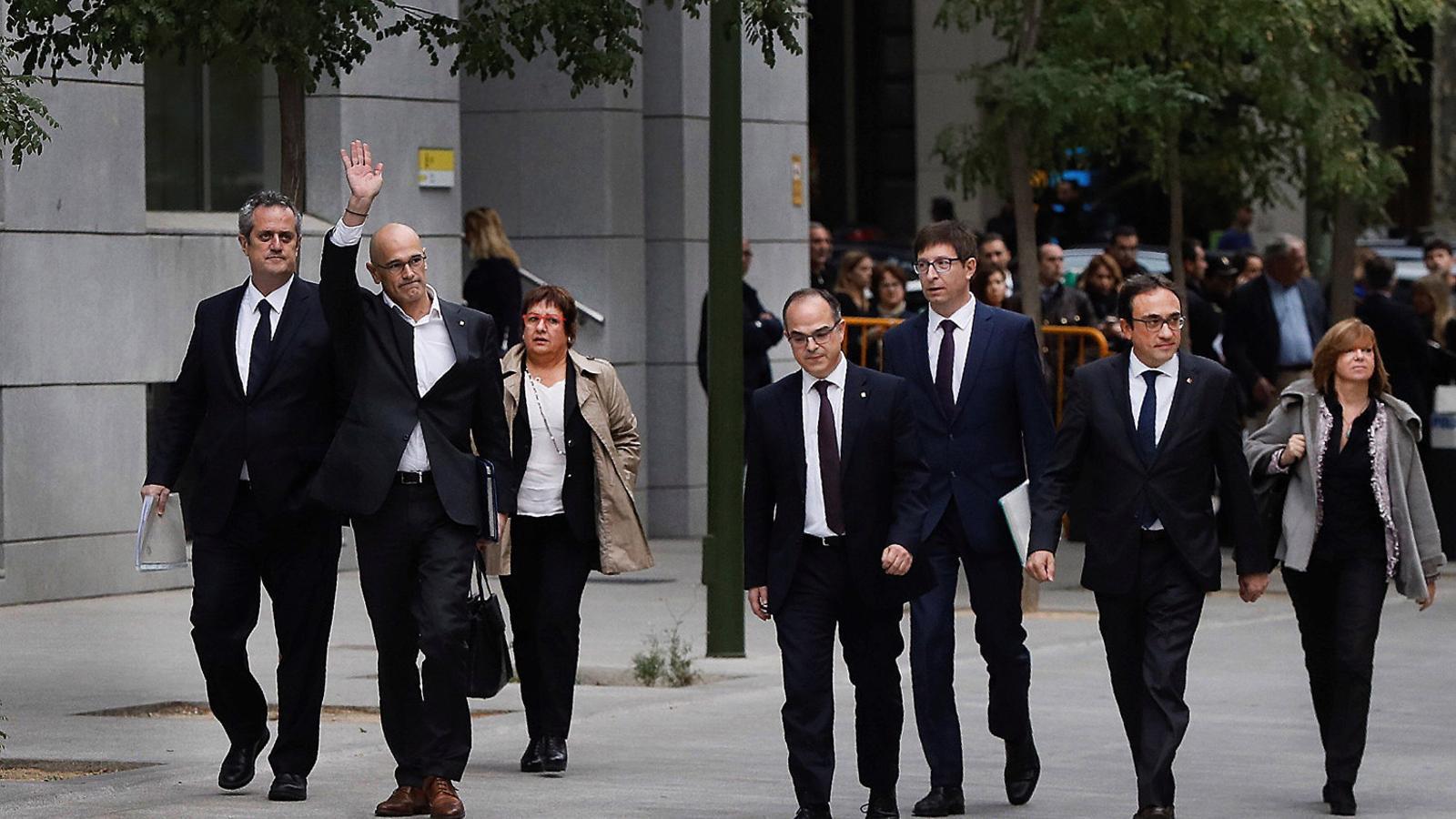 Alguns dels dirigents independentistes encausats arribant a la seu de l'Audiència Nacional, on estaven citats a declarar.