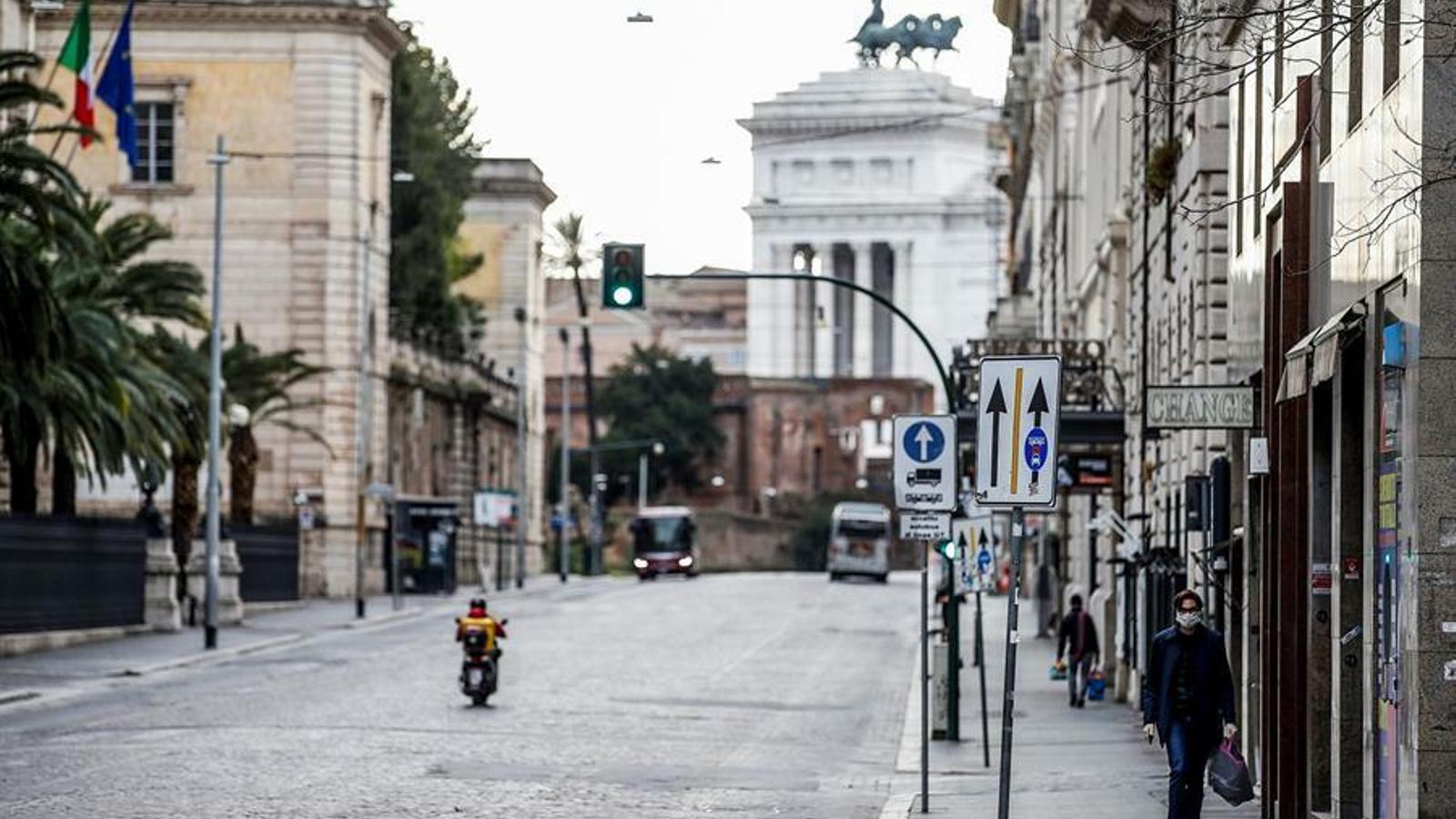 Un carrer de Roma pràcticament buit aquest dissabte