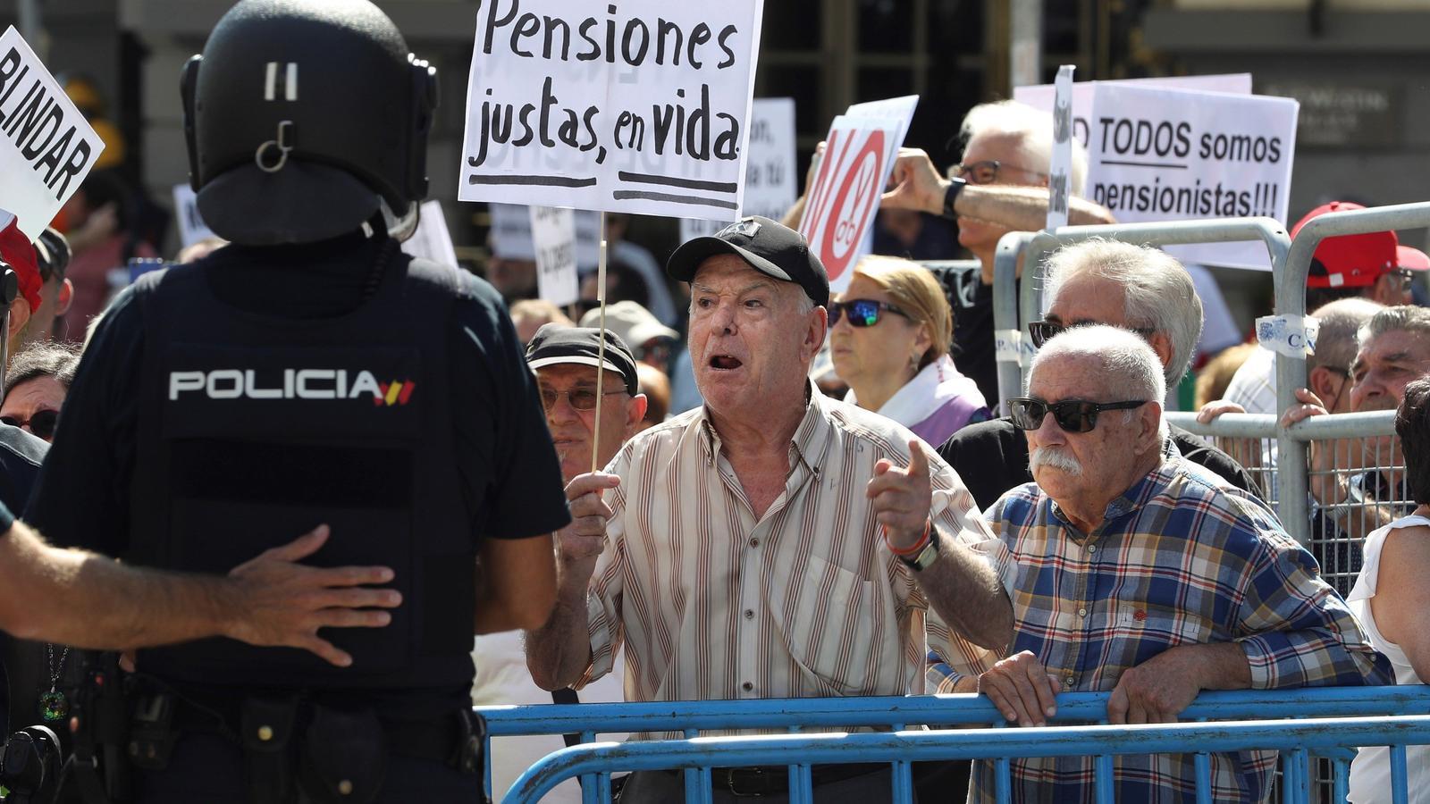 Imatges dels pensionistes rodejant el Congrés dimecres.