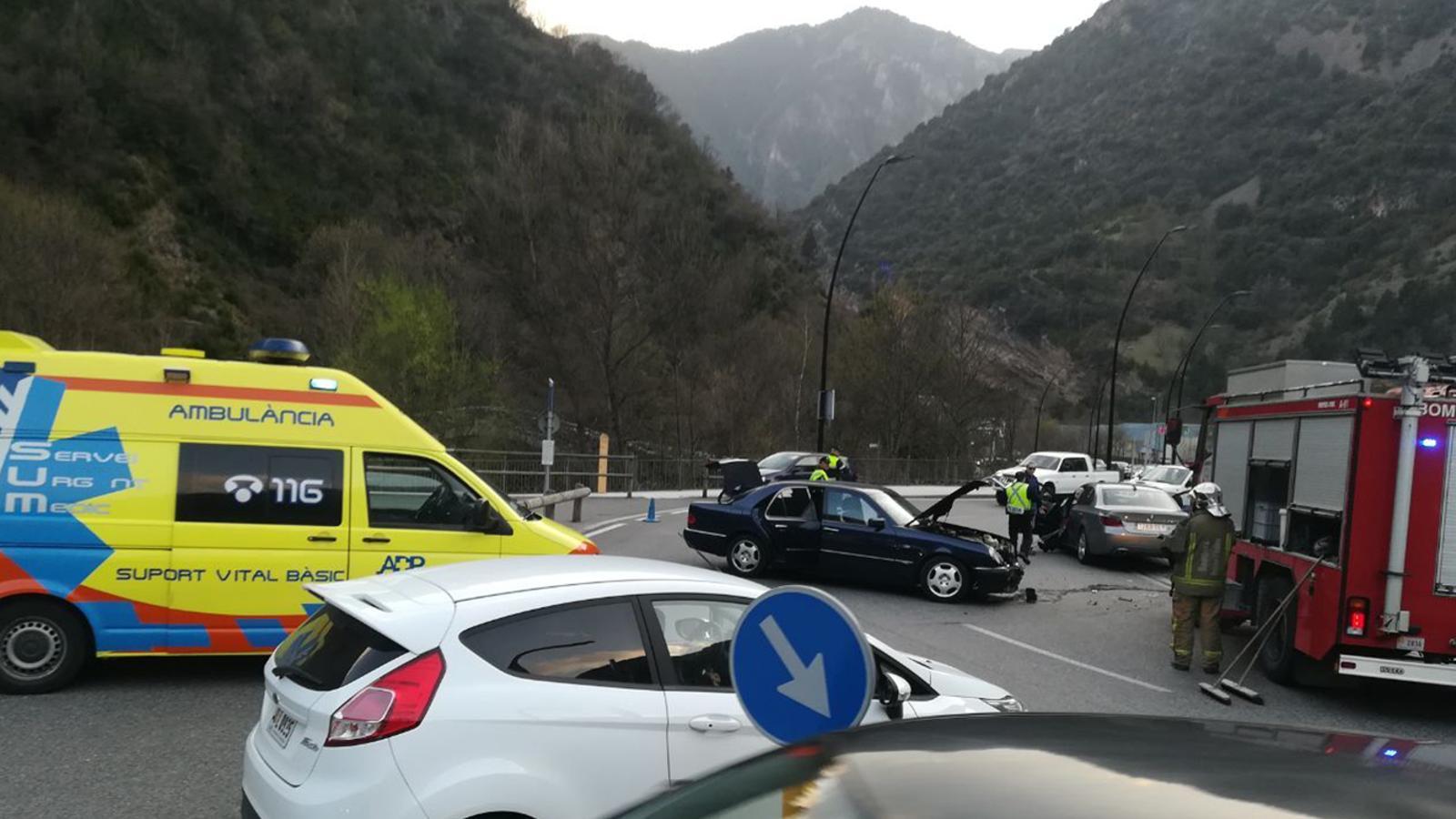 L'accident que ha tingut lloc a la rotonda de la Margineda. / B. N. (ANA)