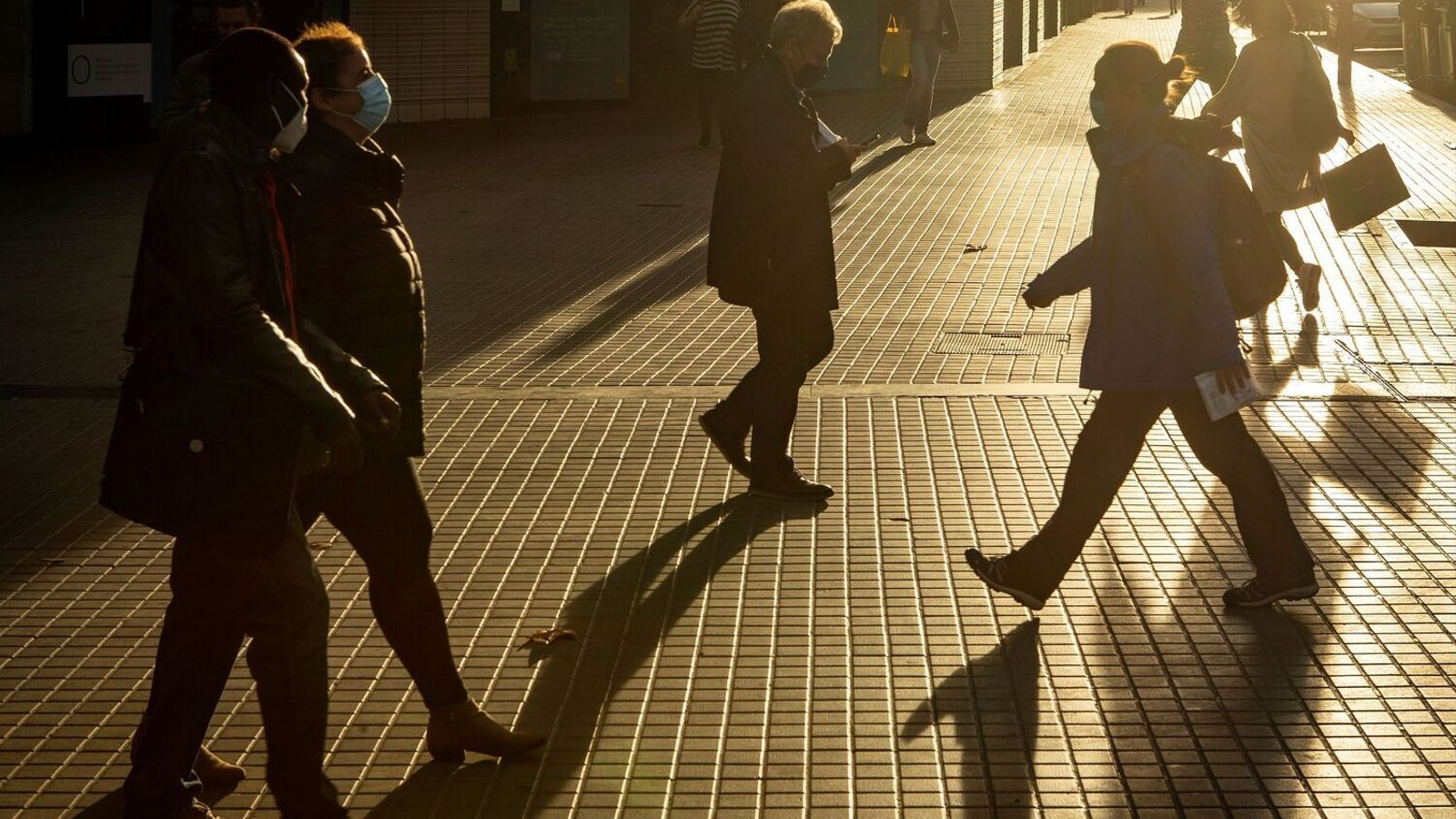 Diverses persones amb mascareta passejant pel carrer a Barcelona.
