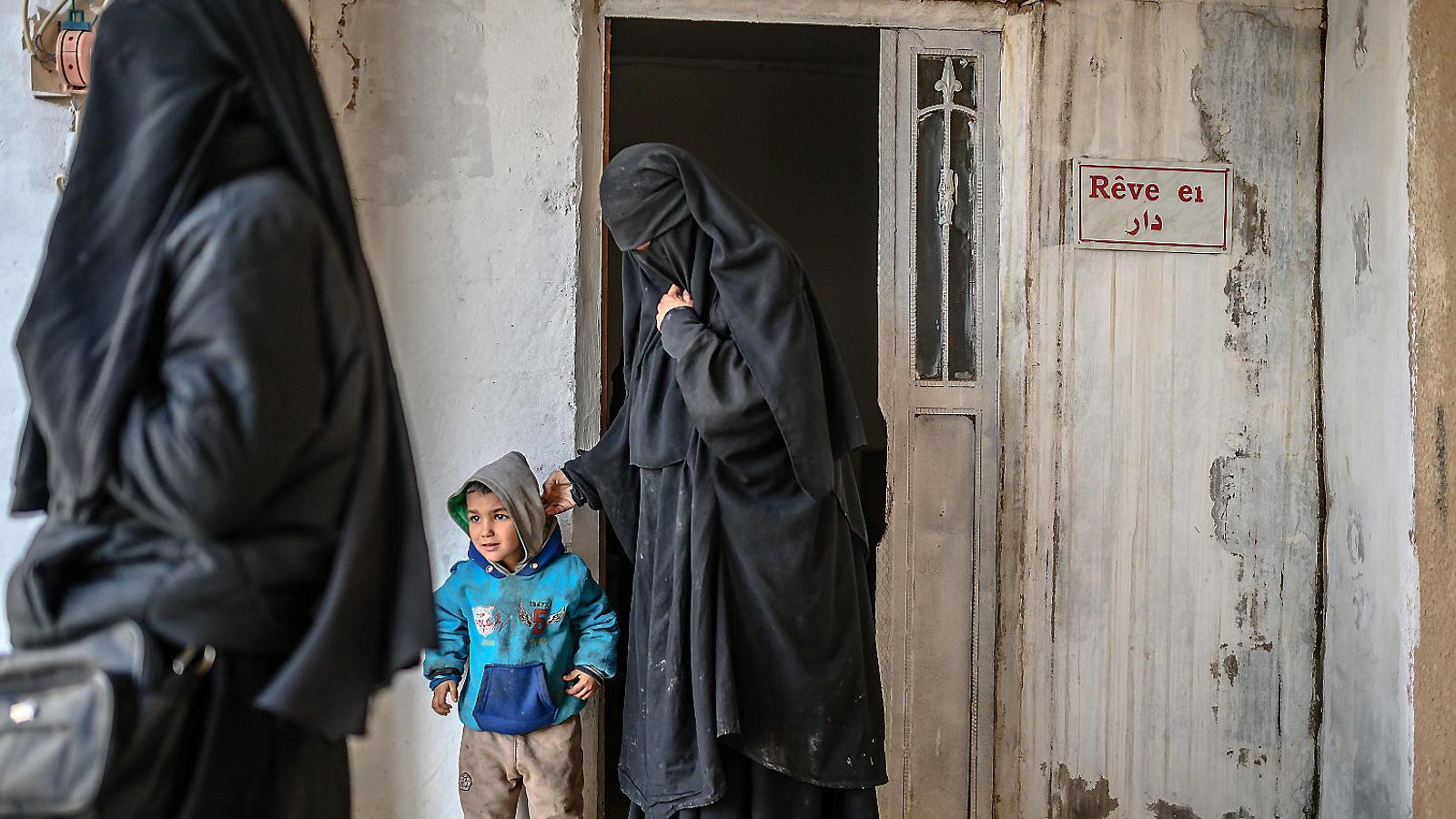 Una dona francesa detinguda amb el seu fill en un camp del nord de Síria després de fugir de Baghouz, l'últim reducte de l'Estat Islàmic.