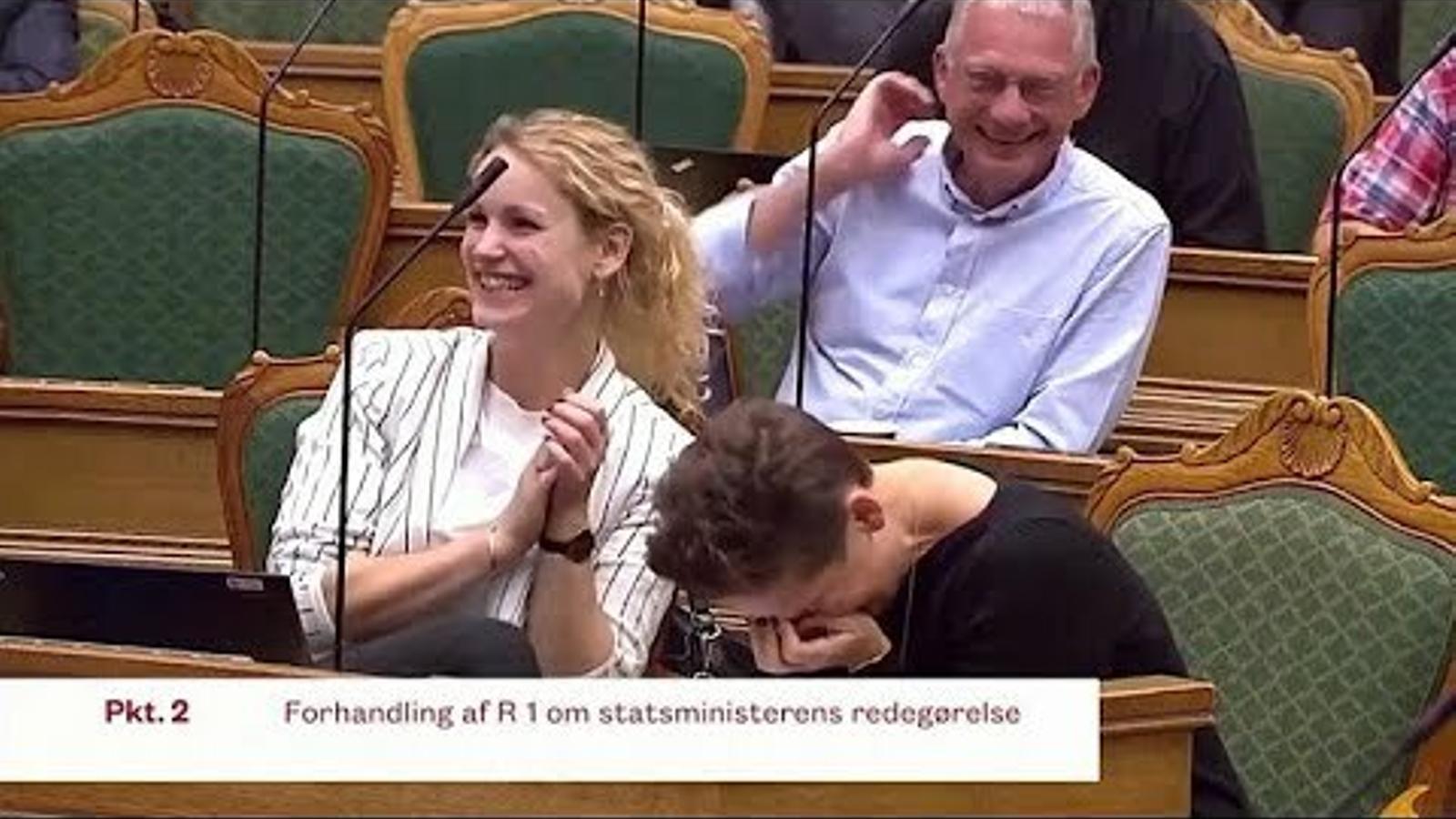 La primera ministra danesa, Mette Frederiksen, en un atac de riure al Parlament.