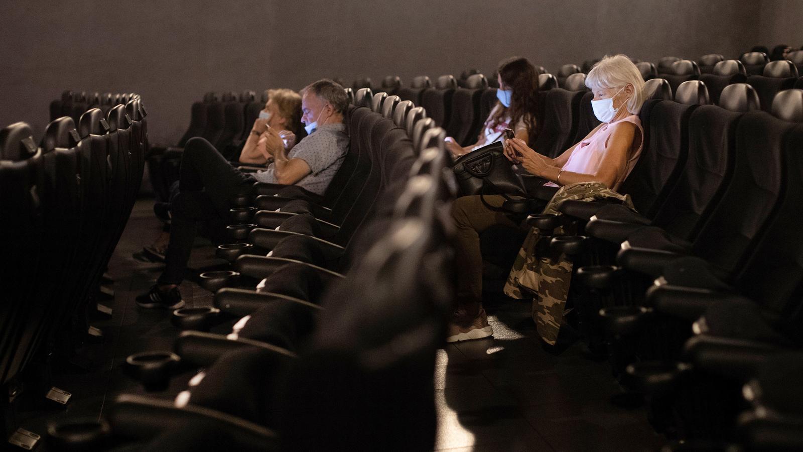 Espectadors en una sessió del Cinema Renoir Floridablanca de Barcelona.