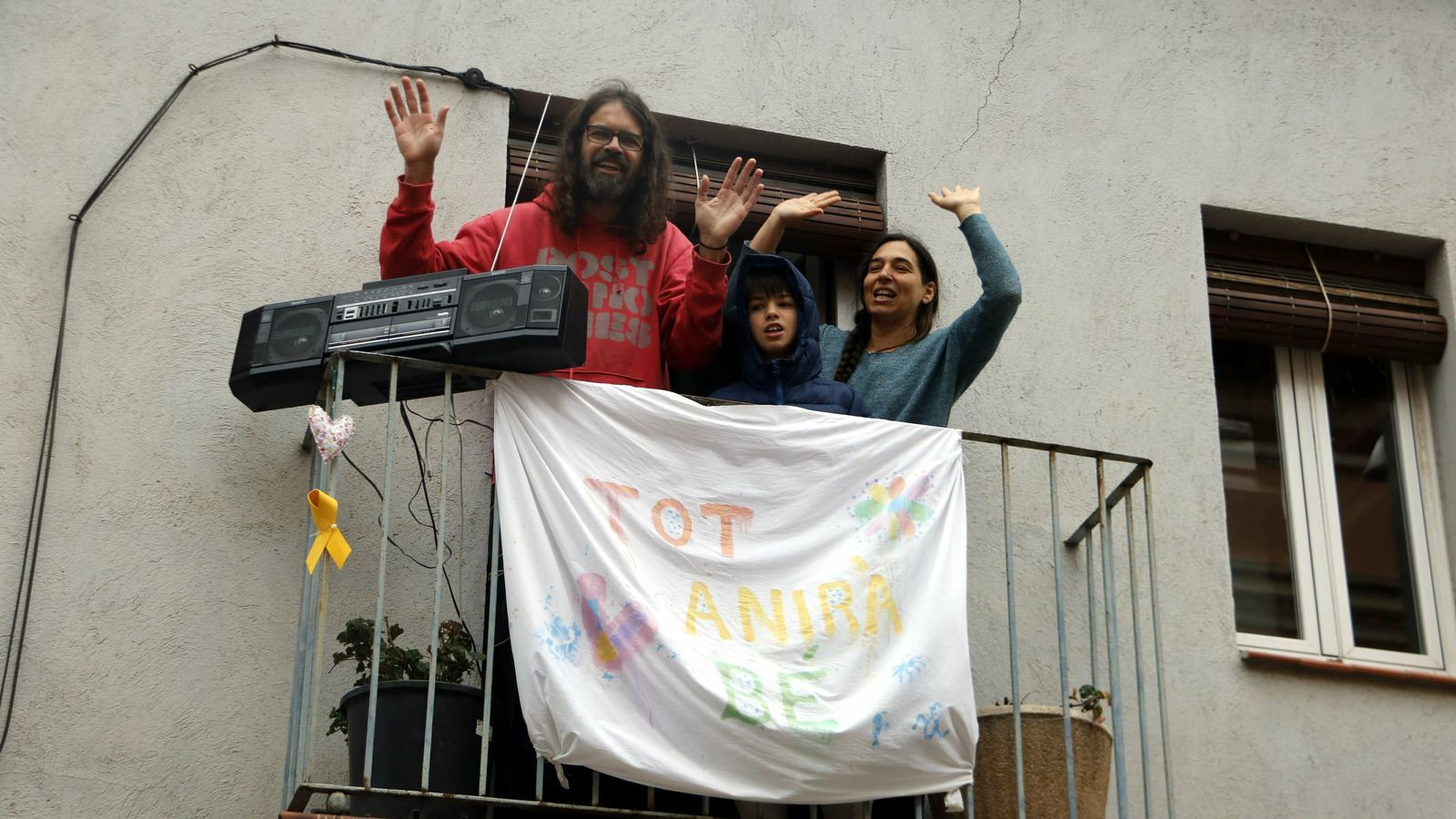 El cantant del grup Gossos, Natxo Tarrés, cantant 'Corren' des del balcó de casa a Maneresa