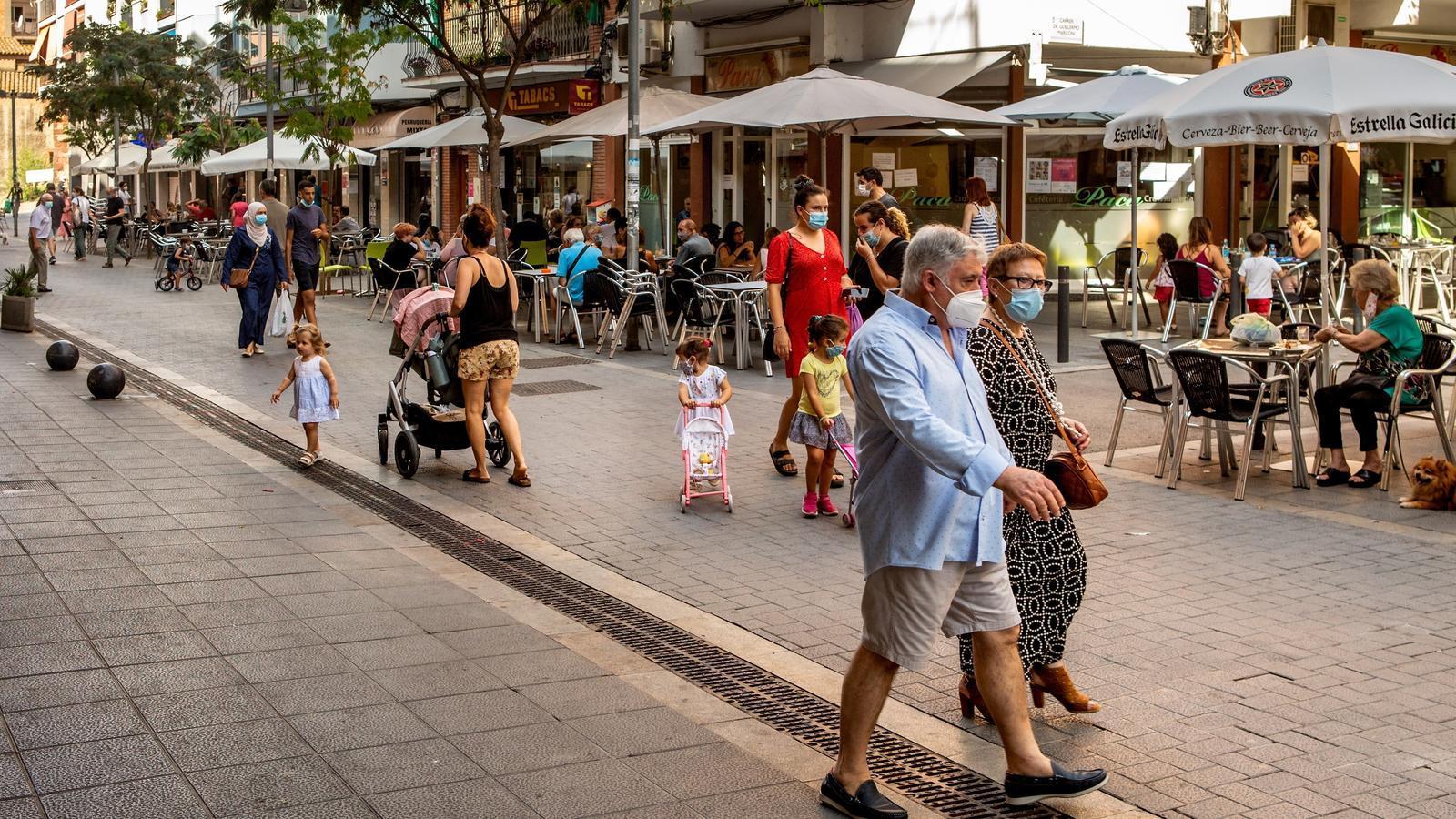 Un carrer de Castelldefels, que juntament amb Gavà ha estat inclòs en el grup de municipis amb restriccions per frenar l'expansió del covid-19
